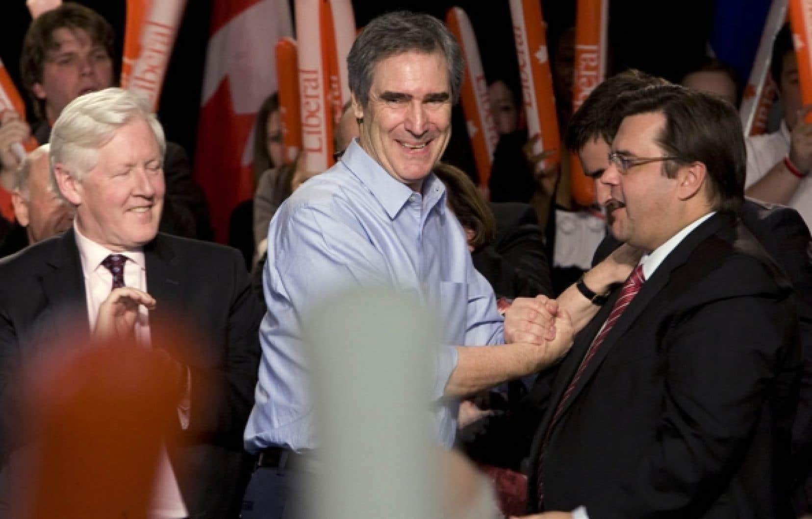 Michael Ignatieff, ici entouré de Bob Rae et de Denis Coderre lors d'un rassemblement hier à Brossard, a promis un nouveau pont Champlain d'ici dix ans si les libéraux sont élus.<br />