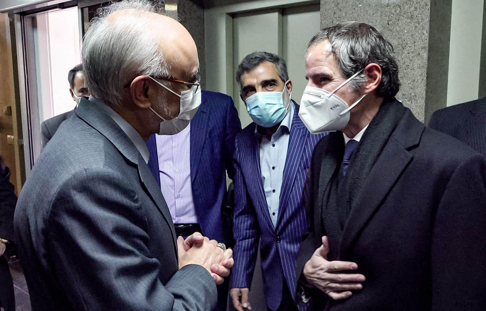 Le président de l'Organisation iranienne de l'énergie atomique, Ali Akbar Salehi (à gauche), avec le chef de l'Agence internationale de l'énergie atomique, Rafael Grossi (à droite)