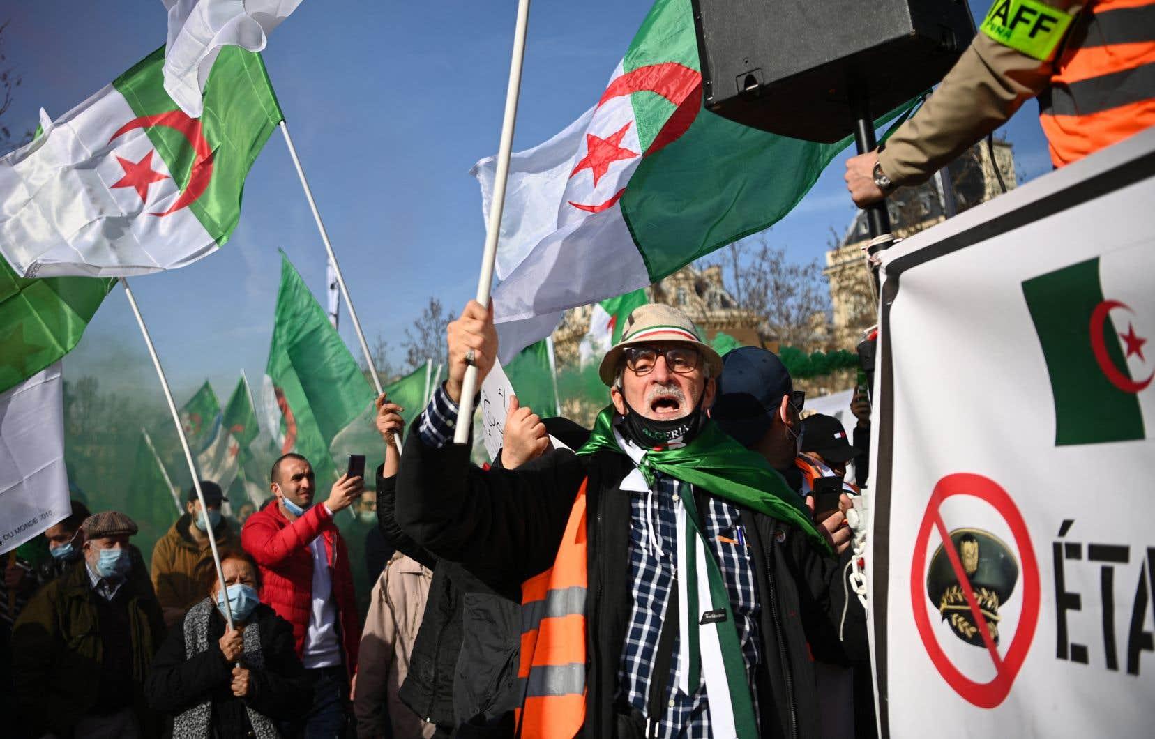 Plusieurs centaines de manifestants se sont réunis dimanche à Paris, enFrance, pour notamment réclamer un «changement radical» du système politique en Algérie.