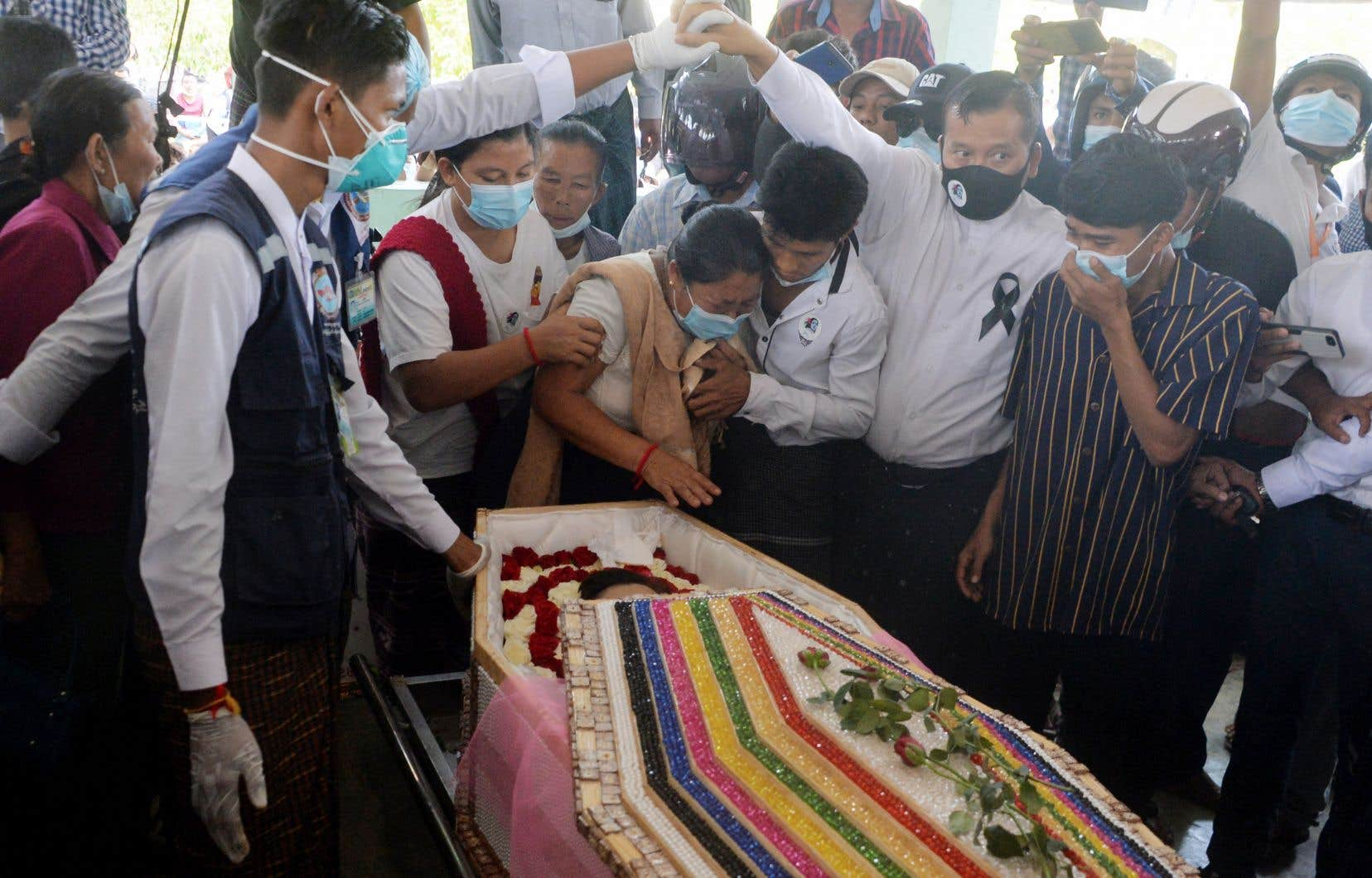 La mère de Mya Thwate Thwate Khaing, Daw Myint Kyi (au centre), pleurait la mort de sa fille lors de ses funérailles dimanche, en périphérie de la ville de Naypyidaw, au Myanmar. Plusieurs milliers de personnes ont assisté à la cérémonie.