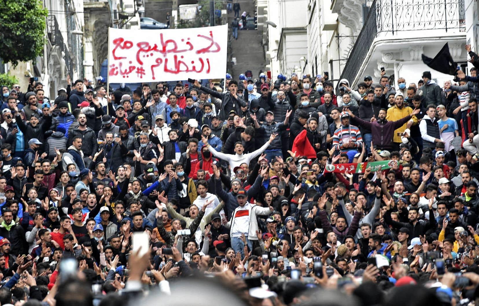 Ils étaient des milliers à manifester à Alger contre le pouvoir politique en place. Sur la banderole, il est écrit «Non à la normalisation avec le régime».