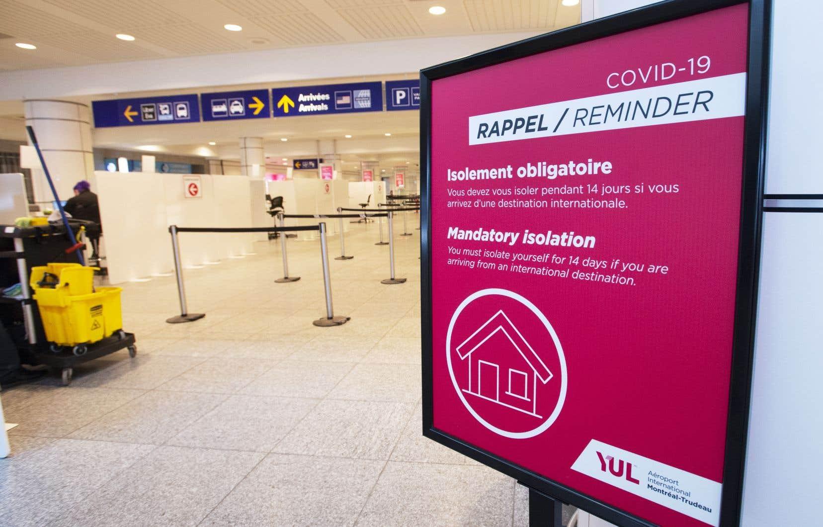 Lundi avant-midi, à l'aéroport Montréal-Trudeau, on croisait très peu de voyageurs. Tous devront s'isoler pendant trois jours dans un hôtel désigné, à leurs frais, en attendant les résultats d'un test de dépistage passé à leur arrivée.