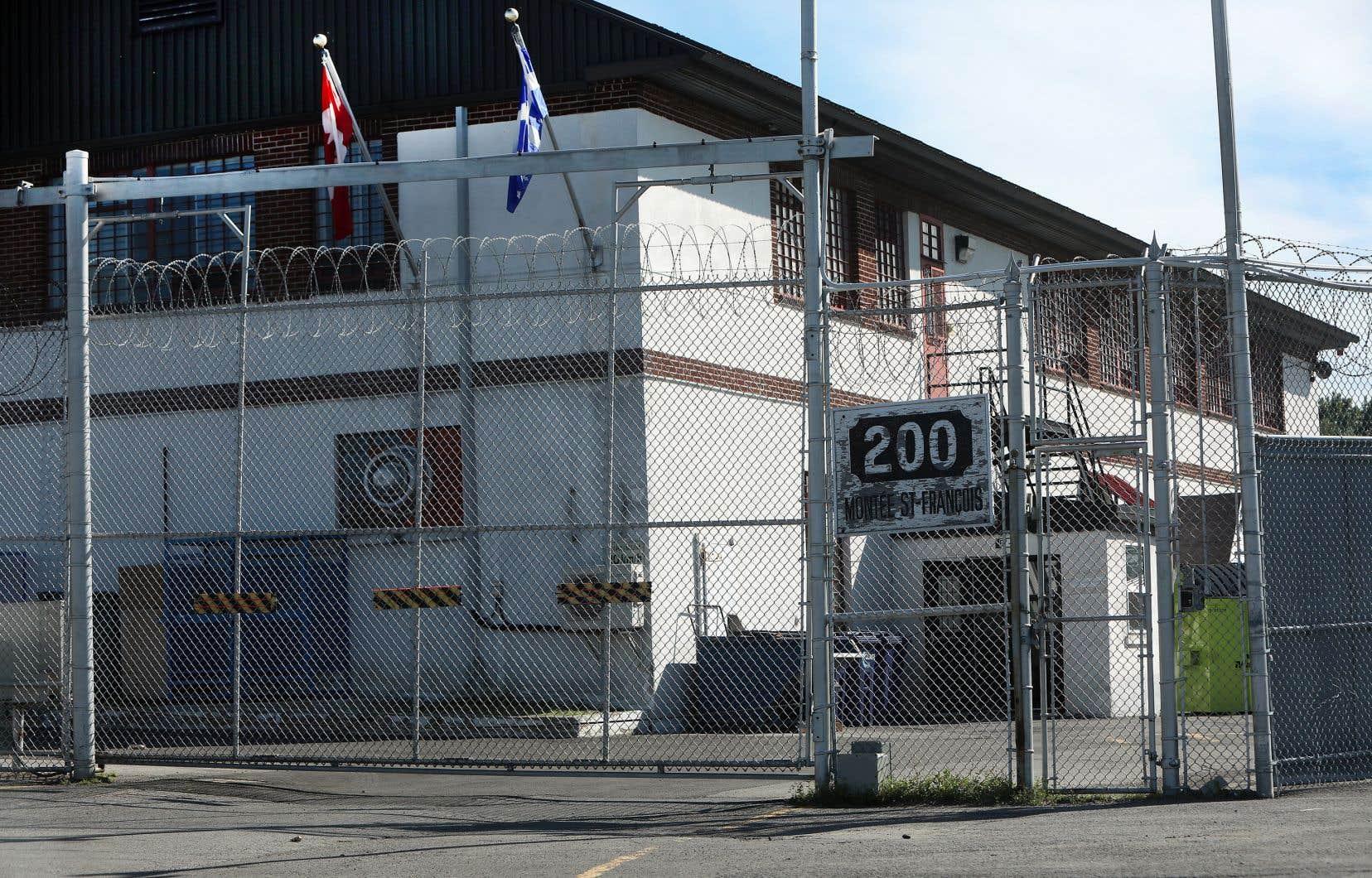 Une personne peut être détenue dans un centre de détention comme celui de Laval pour divers motifs, parce qu'elle fait face à l'expulsion et qu'un agent frontalier craint qu'elle ne se présente pas à l'aéroport pour son renvoi, par exemple.