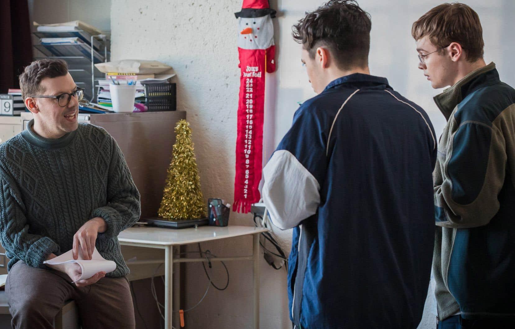 «Mon personnage est un hommage à Serge Boucher, qui a été mon professeur de français en troisième et cinquième secondaires, qui m'a propulsé. Il y a même plusieurs répliques qui sont des phrases qu'il m'a dites», révèle l'auteur Simon Boulerice (à gauche), qui s'est écrit plus de scènes dans la saison 2 de cette série.