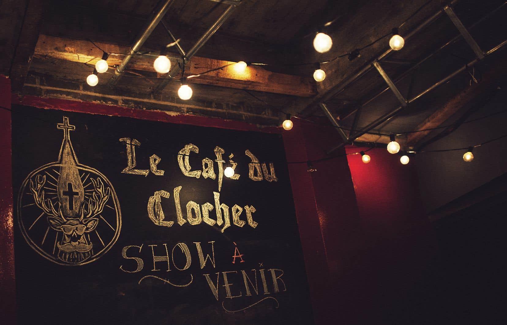 «Pour l'instant, la Sûreté du Québec me répond que je ne peux pas ouvrir ma salle à cause du permis de bar, mais ils ne sont pas certains à 100% », explique Sam Gingras, le gérant du Café du Clocher à Alma.