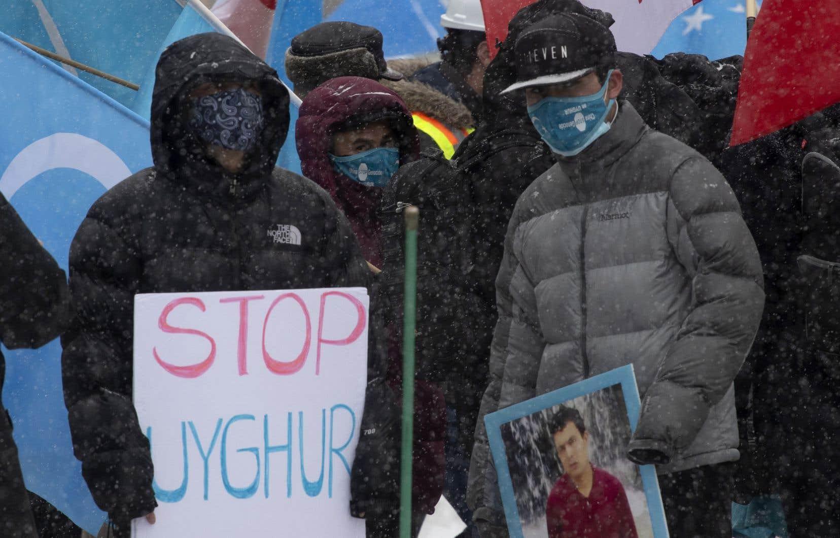 Des manifestants se sont réunis devant le Parlement à Ottawa, lundi, pour inciter les élus à reconnaître le traitement réservé aux Ouïghours comme un génocide.