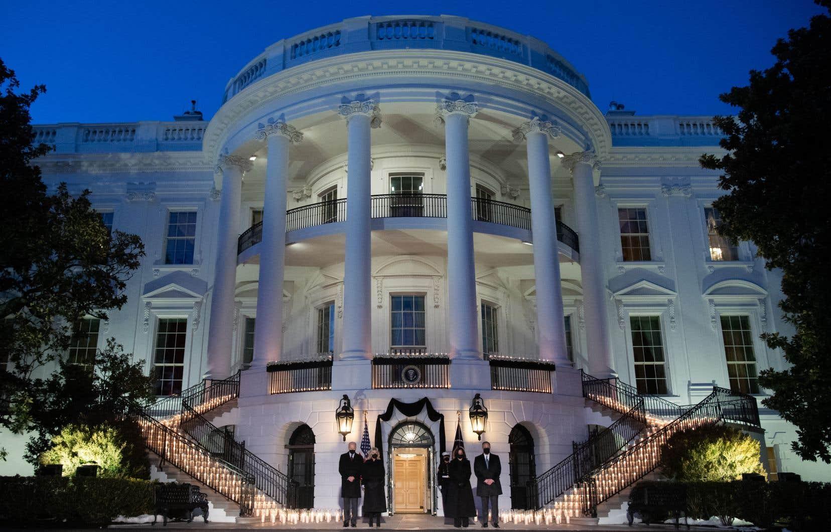 Lundi, 500 bougies ont été disposées sur le balcon et les escaliers de la Maison-Blanche pour symboliser les 500000 morts américains.