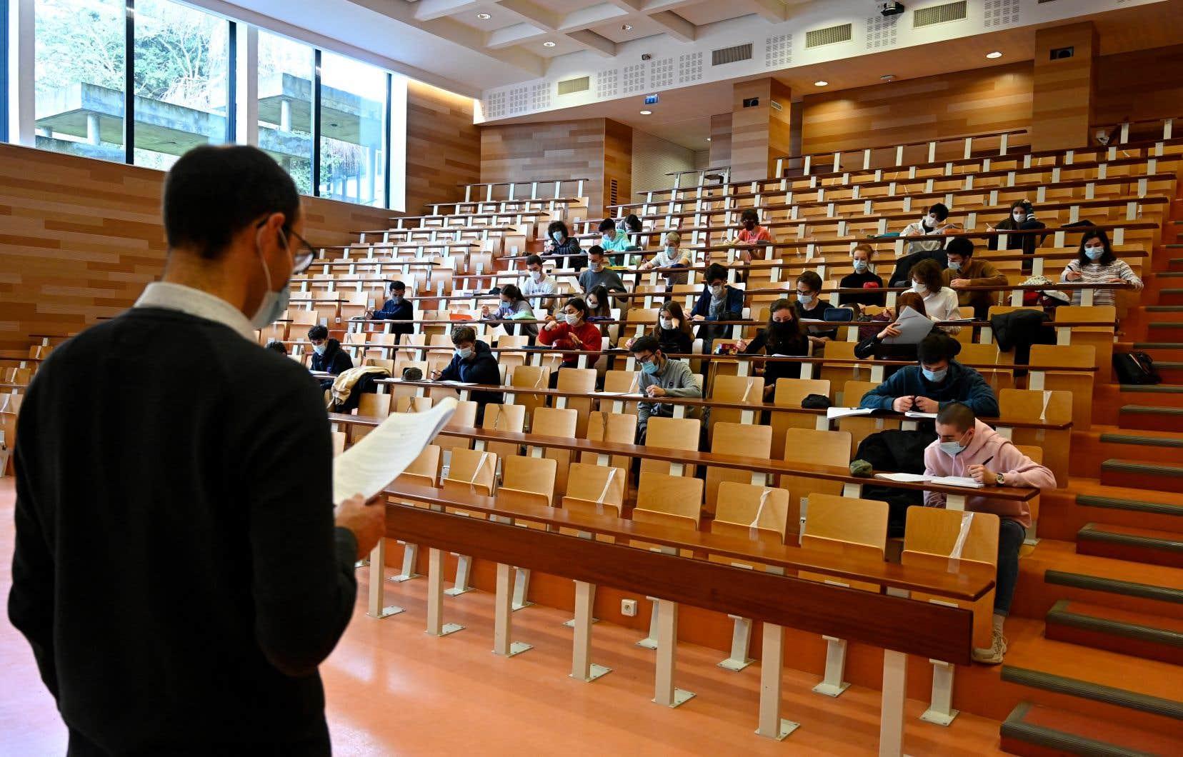 «En France, la ministre de l'Enseignement supérieur diligente une enquête sur la recherche dans les universités», écrit l'auteur.
