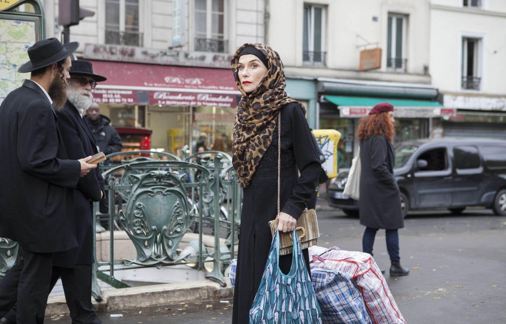 Dans le film, Isabelle Huppert répond au doux nom de Patience Portefeux, une interprète judiciaire franco-arabe pour la brigade des stupéfiants de Paris. De hasards en coïncidences, la quinquagénaire finit par mener la double vie d'une trafiquante de drogue, bientôt recherchée partout. Et la voilà qui se voile comme une riche femme d'émir, trimballant sa dégaine royale et intrigante dans les rues de Belleville.