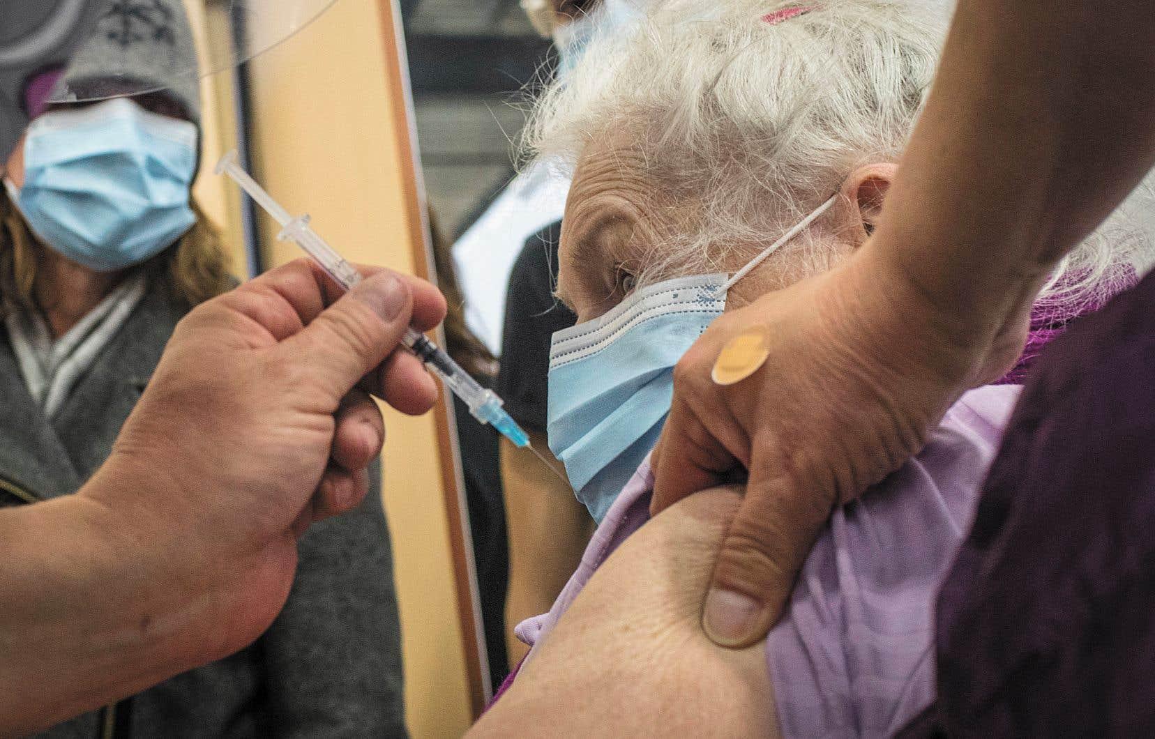 Marie Paule Jobin, 87 ans, se faisait vacciner jeudi à Laval, accompagnée par sa fille Dorothy.