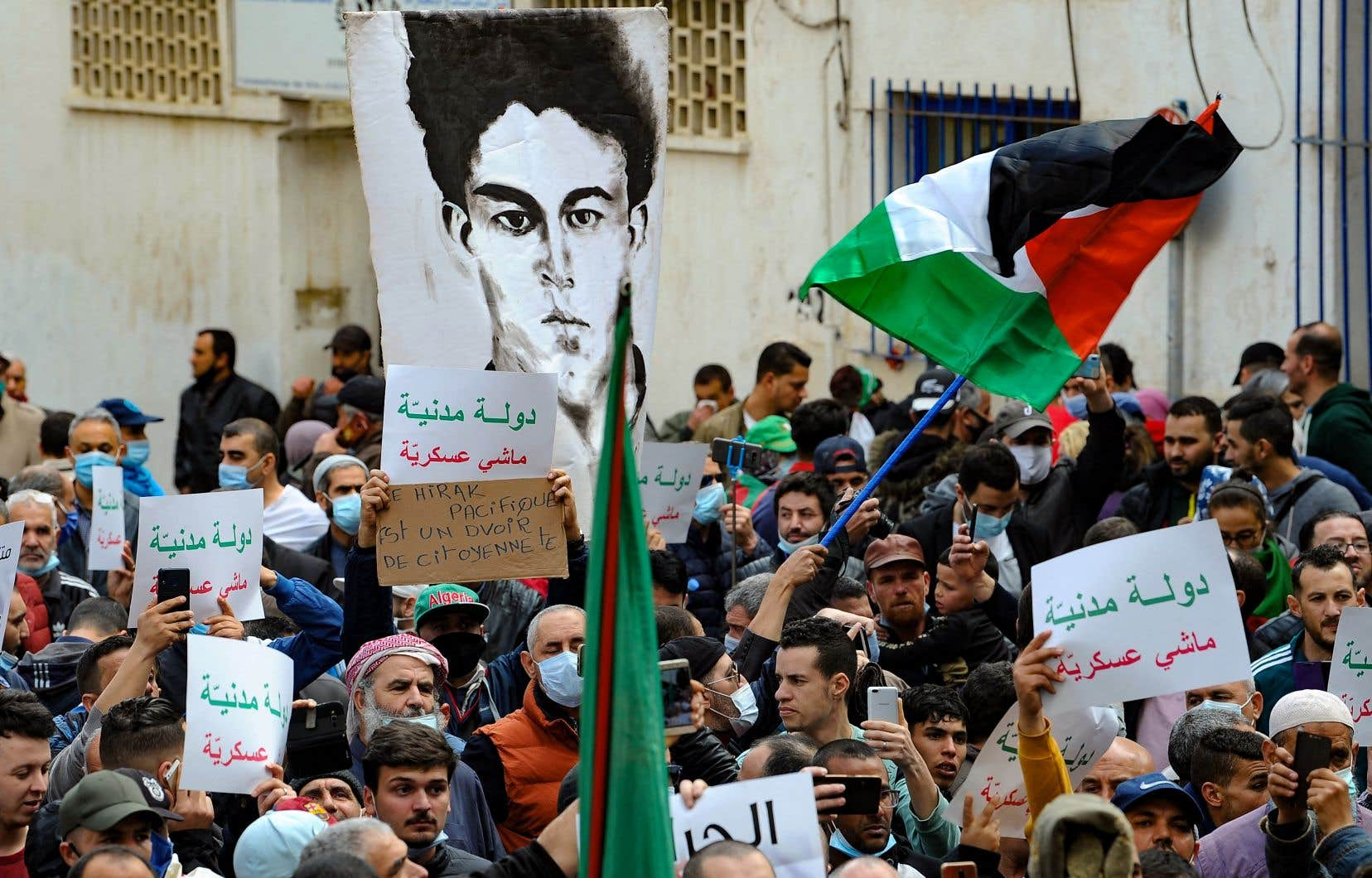 Des manifestants ont pris d'assaut jeudi les rues rues de la capitale Alger alors que le mouvement prodémocratie «Hirak» reprend son élan après une interruption d'un an en raison de la pandémie de COVID-19.