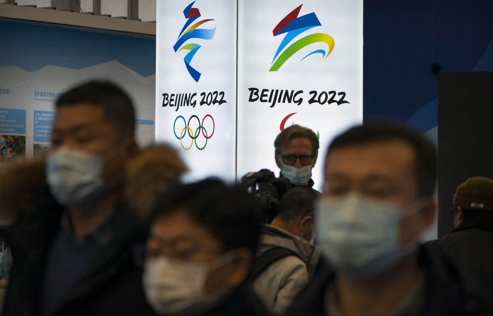 Les commanditaires veulent profiter de la vitrine olympique, mais ces Jeux risquent de nuire à leur image de marque en raison des violations des droits de la personne signalées contre les Ouïgours musulmans, les Tibétains et d'autres minorités en Chine.