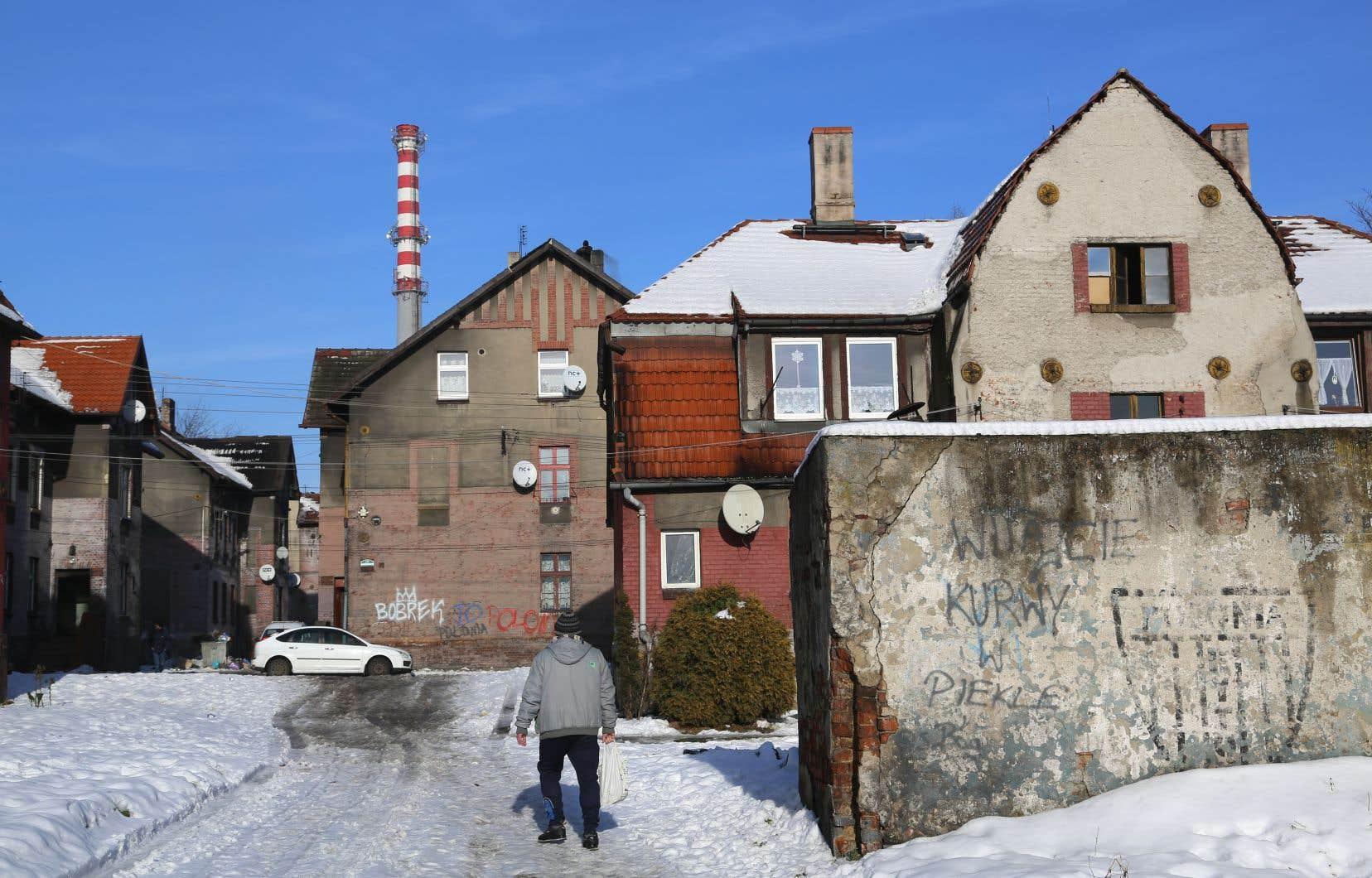 «Bienvenue dans ce foutu enfer!», est-il écrit sur un muret de béton affichant les armoiries défraîchies de la ville polonaise de Bytom.