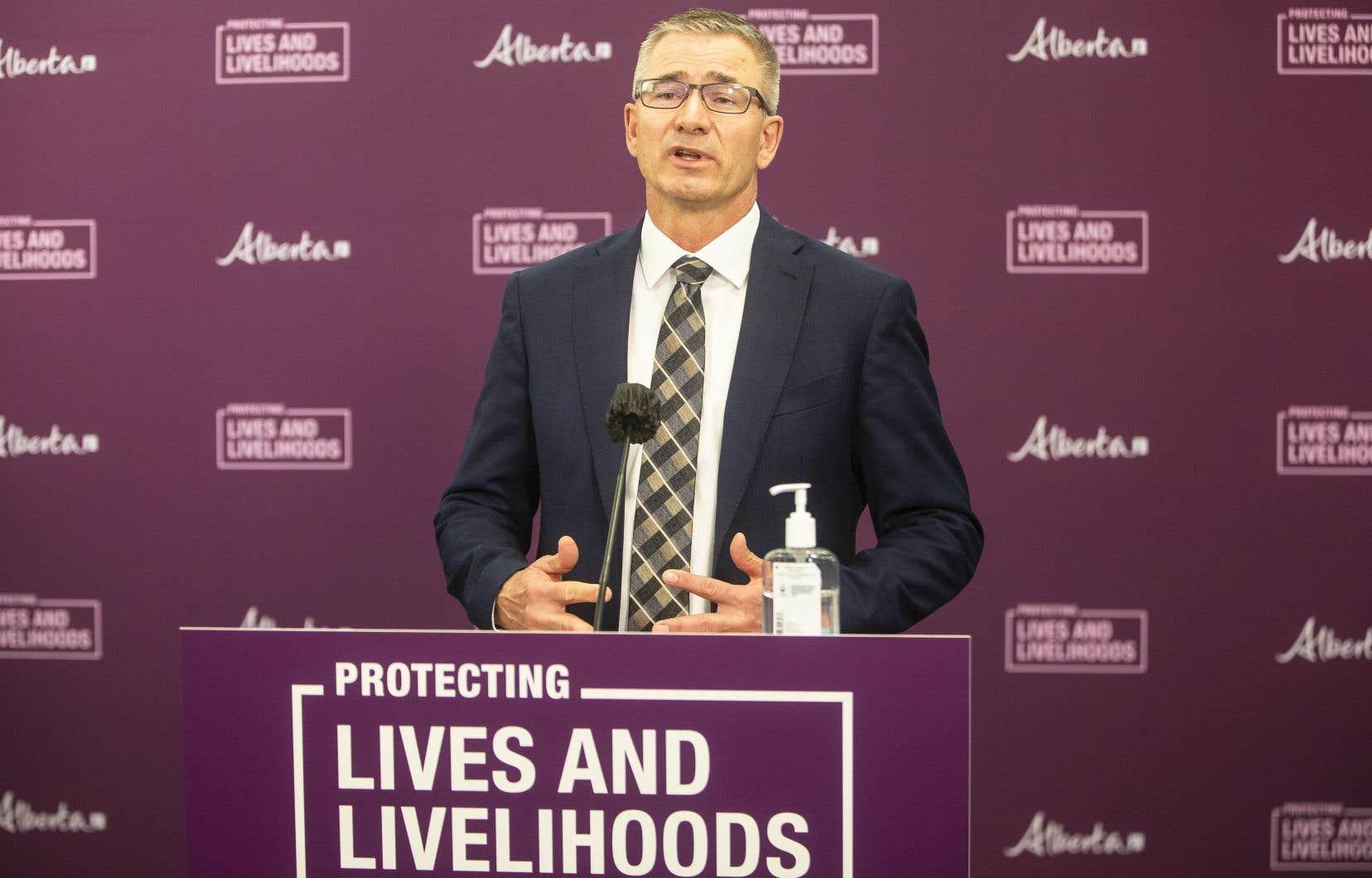 Le ministre des Finances de l'Alberta et président du Conseil du Trésor, Travis Toews, présente son budget à Edmonton le 25 février.