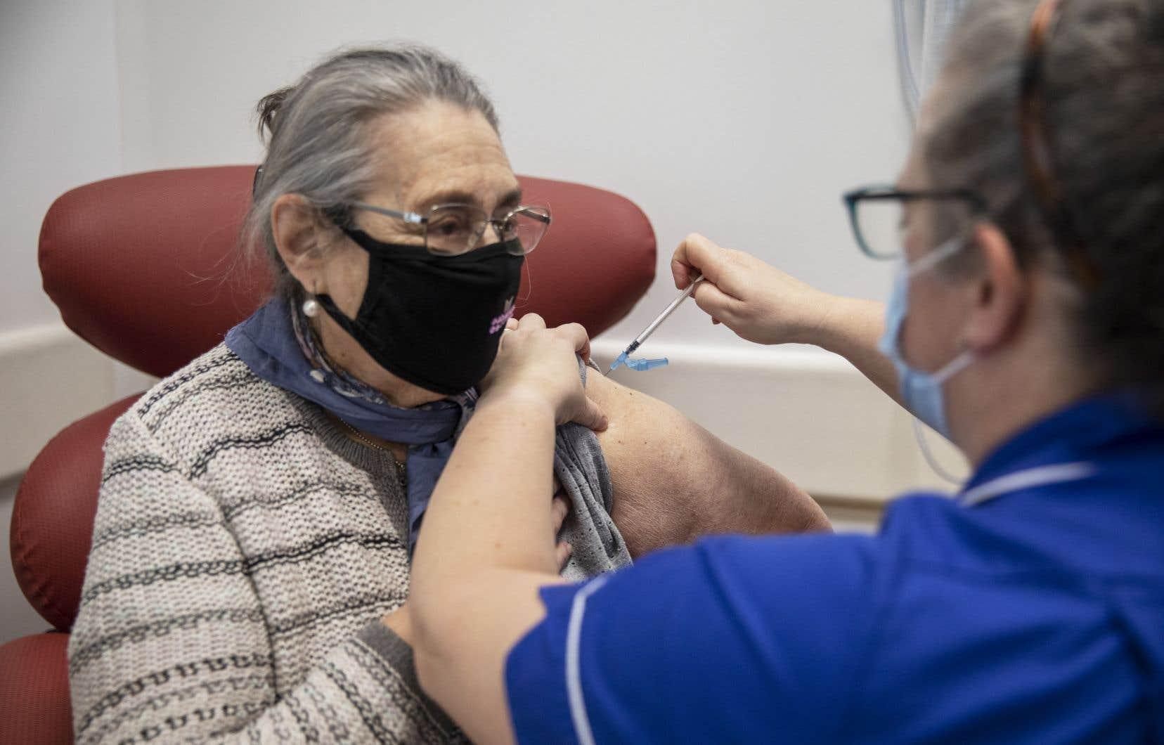 L'étude de Public Health England conclut que ces deux vaccins présentent une efficacité de plus de 80% pour prévenir les hospitalisations chez les plus de 80ans trois à quatre semaines après la première injection.