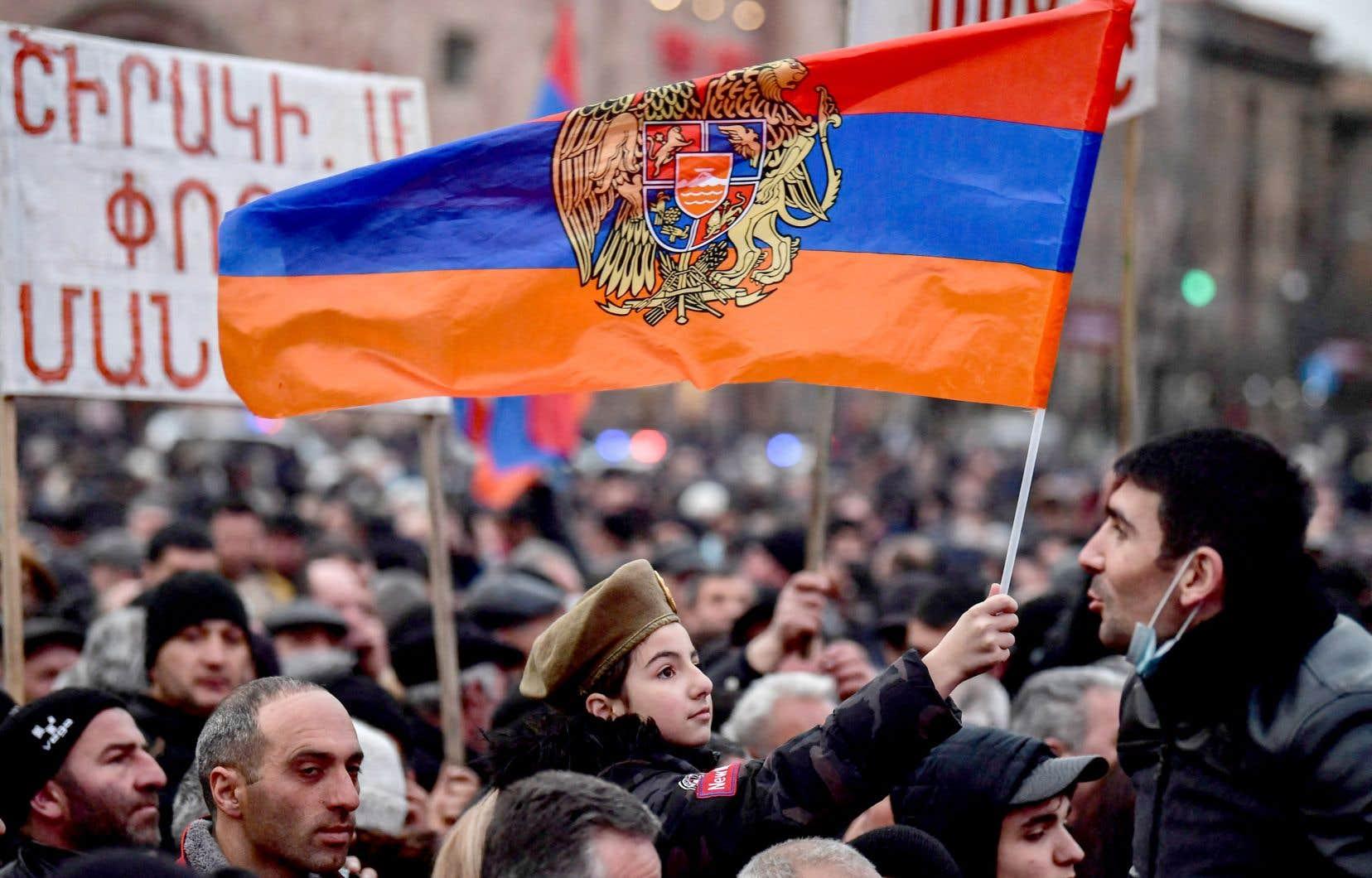 Des supporteurs du premier ministre arménien, Nikol Pachinian, étaient réunis à Erevan lundi.
