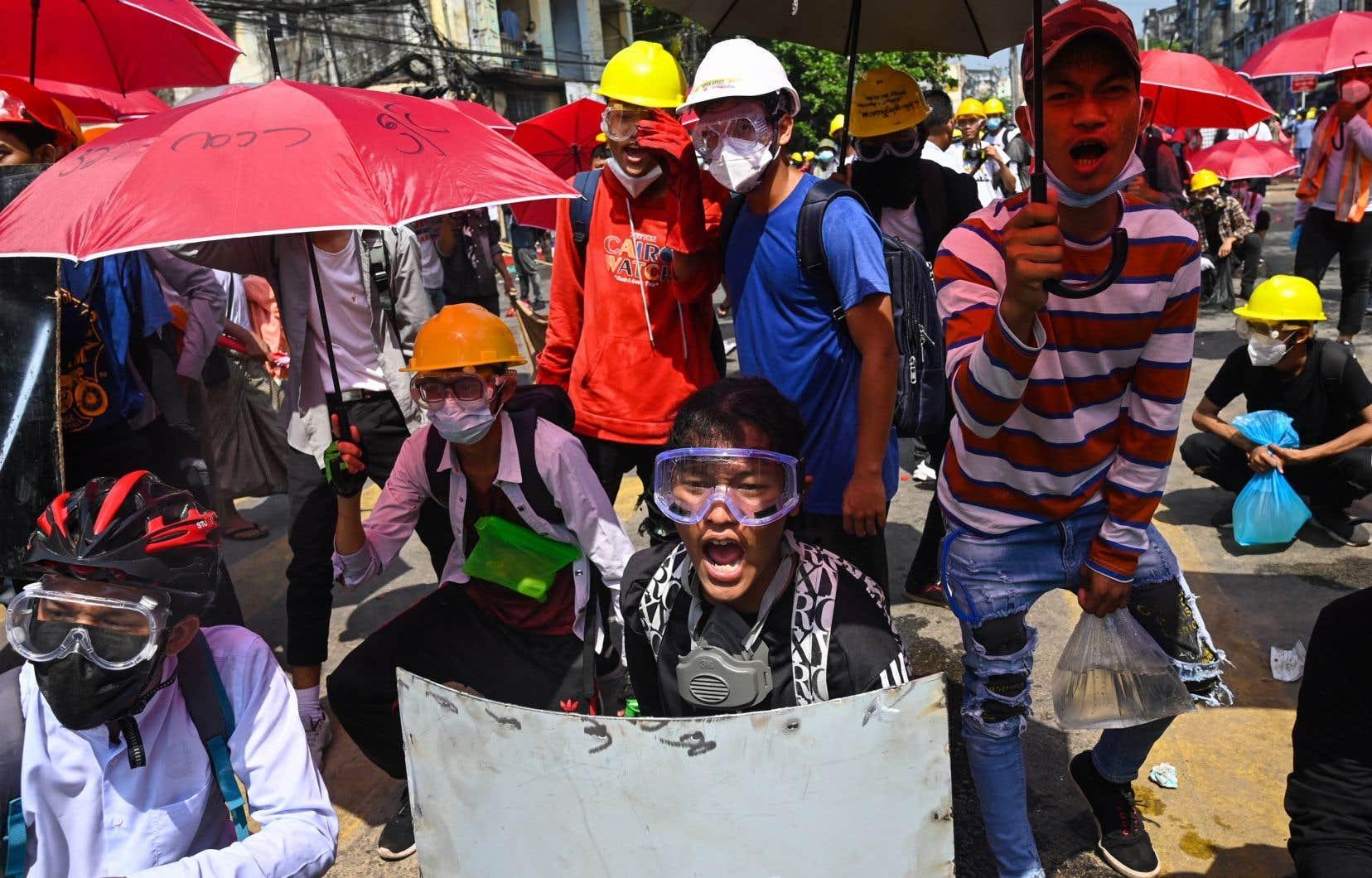 Malgré la peur des représailles, les contestataires sont descendus de nouveau dans les rues lundi, et les tensions ont été vives.