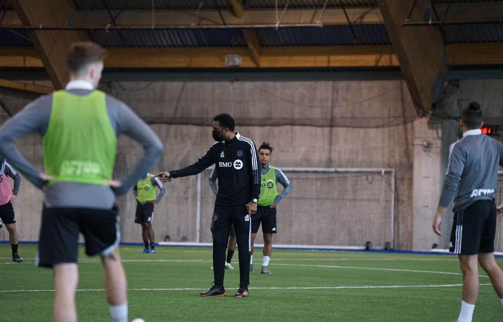 Une vingtaine de joueurs ont pris part à la deuxième journée du camp d'entraînement du CF Montréal, mardi, au Complexe Marie-Victorin. Au centre, l'entraîneur-chef par intérim, Wilfried Nancy.