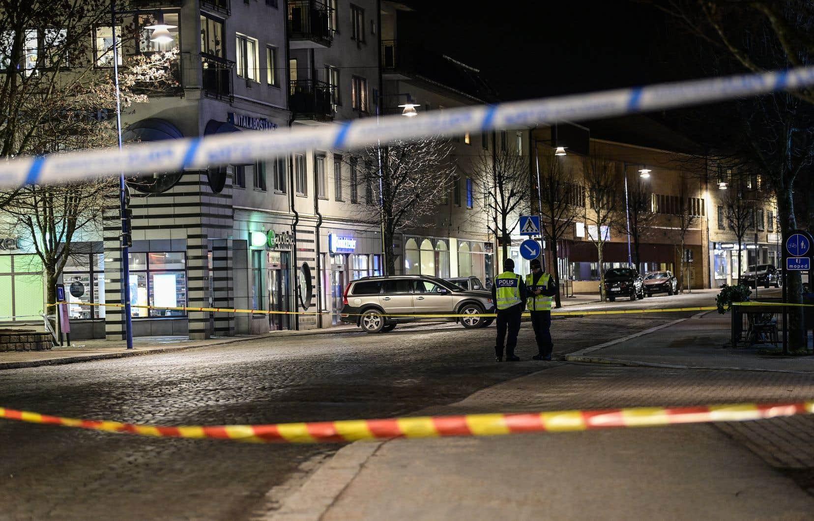 La police avait initialement écarté la piste terroriste, mais elle a finalement indiqué en début de soirée suspecter, outre des «tentatives de meurtre», un «crime terroriste».