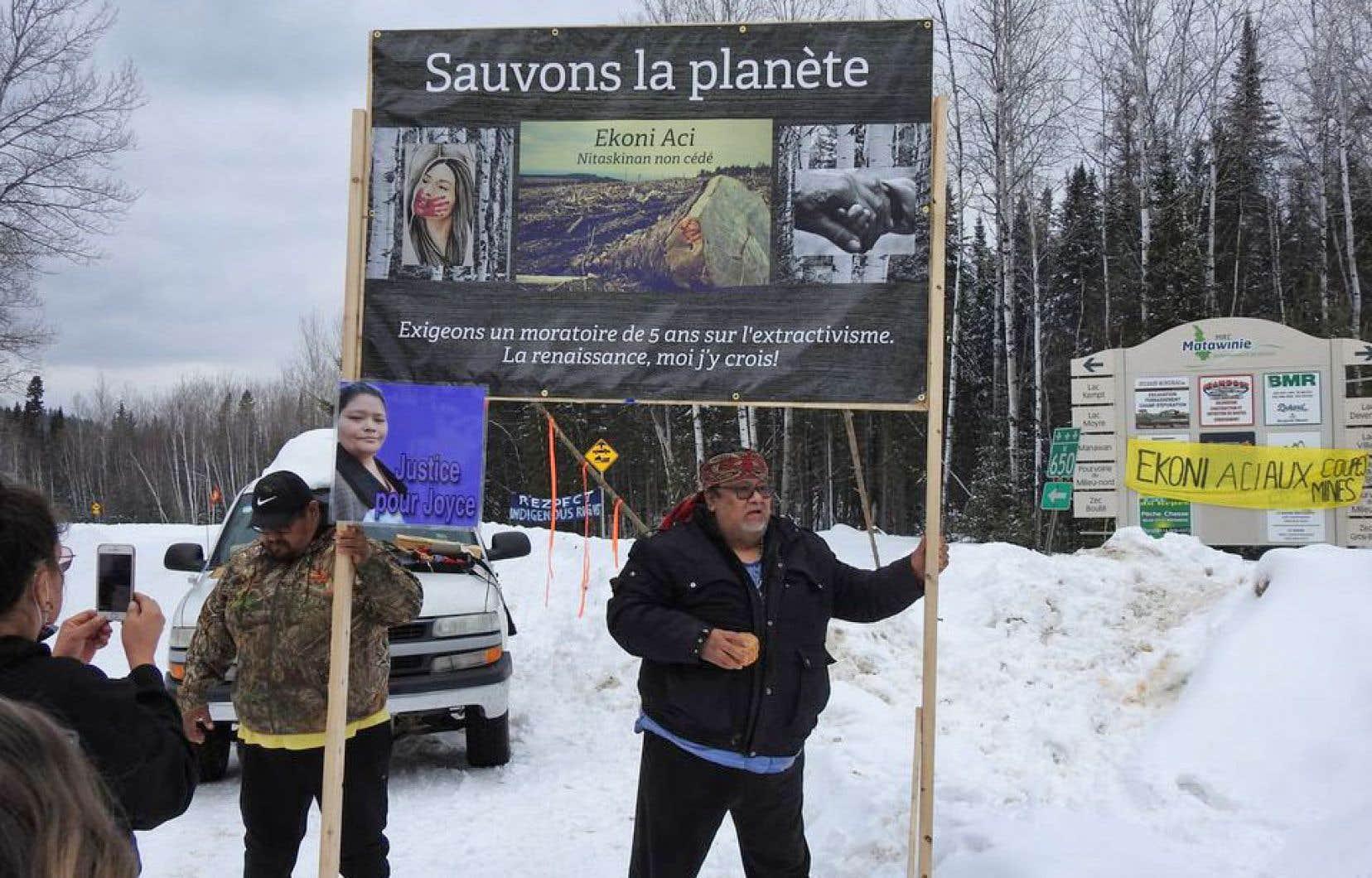 «Depuis quelques jours, un groupe composé d'autochtones et d'allochtones a pris l'initiative de bloquer la route entre Saint-Michel-des-Saints et Manawan, afin de marquer son opposition à ce projet minier ainsi qu'aux coupes forestières en territoire atikamekw», écrit l'auteur.