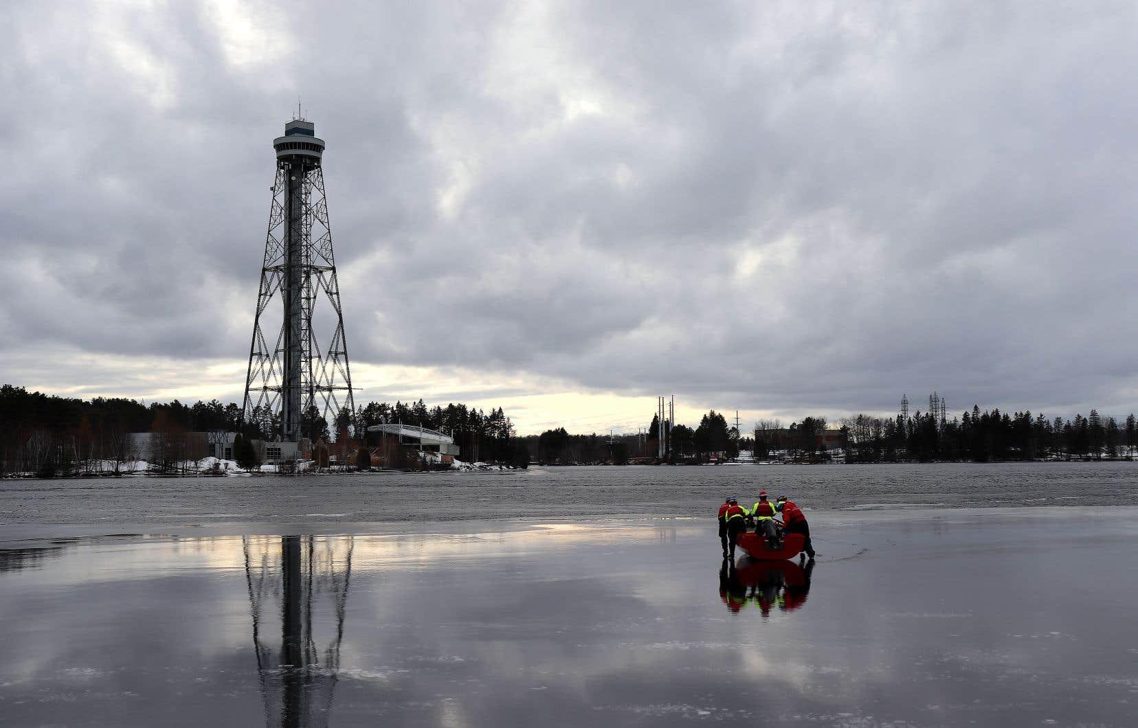 Des pompiers à l'entraînement au bord de la rivière Saint-Maurice, à Shawinigan. L'eau du lac à la Pêche et du lac des Piles, principales sources d'approvisionnement de la ville, s'y déverse.