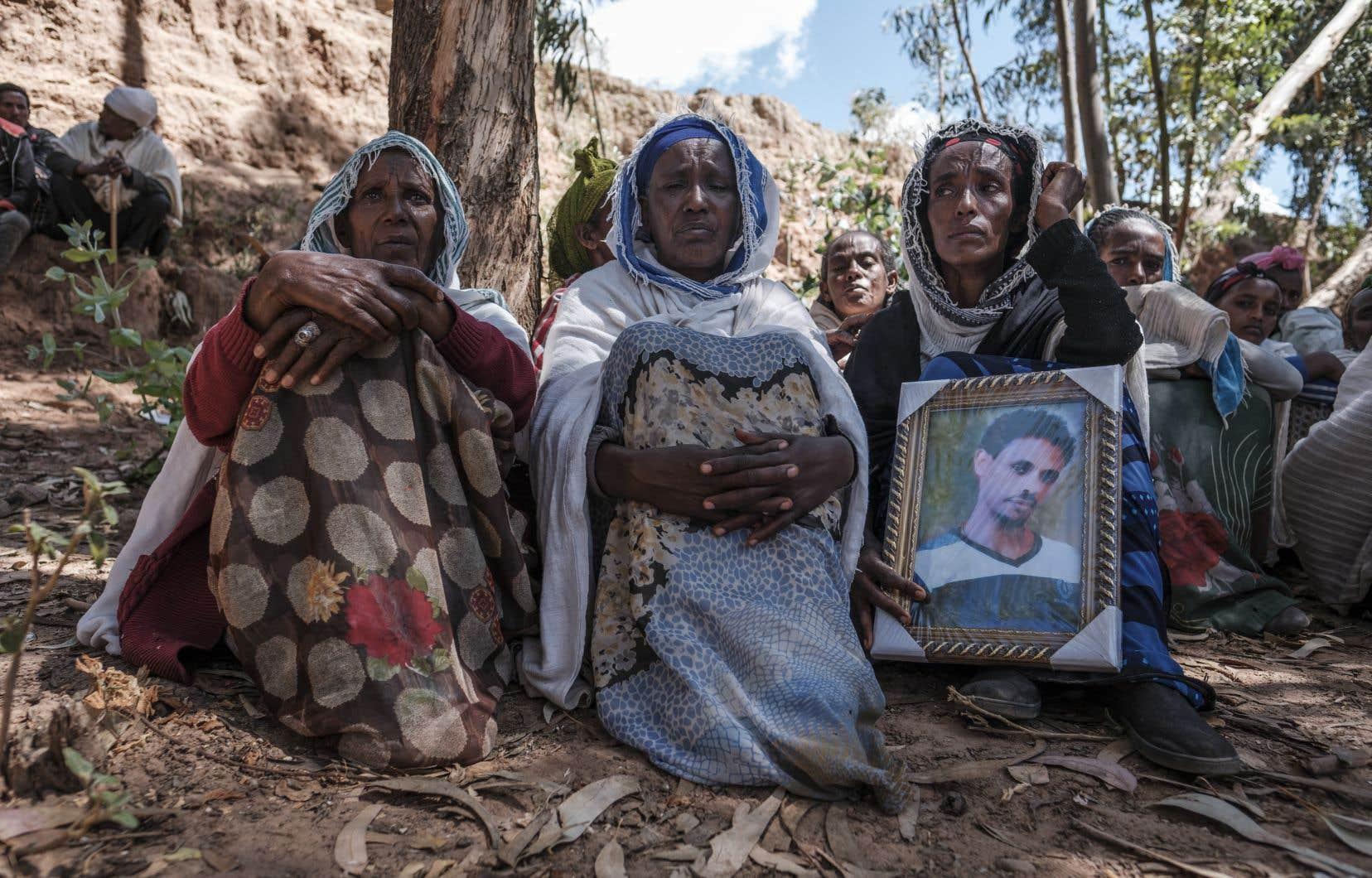 Des femmes en deuil après un massacre perpétré dans le village de Dengolat, au nord de Mekele