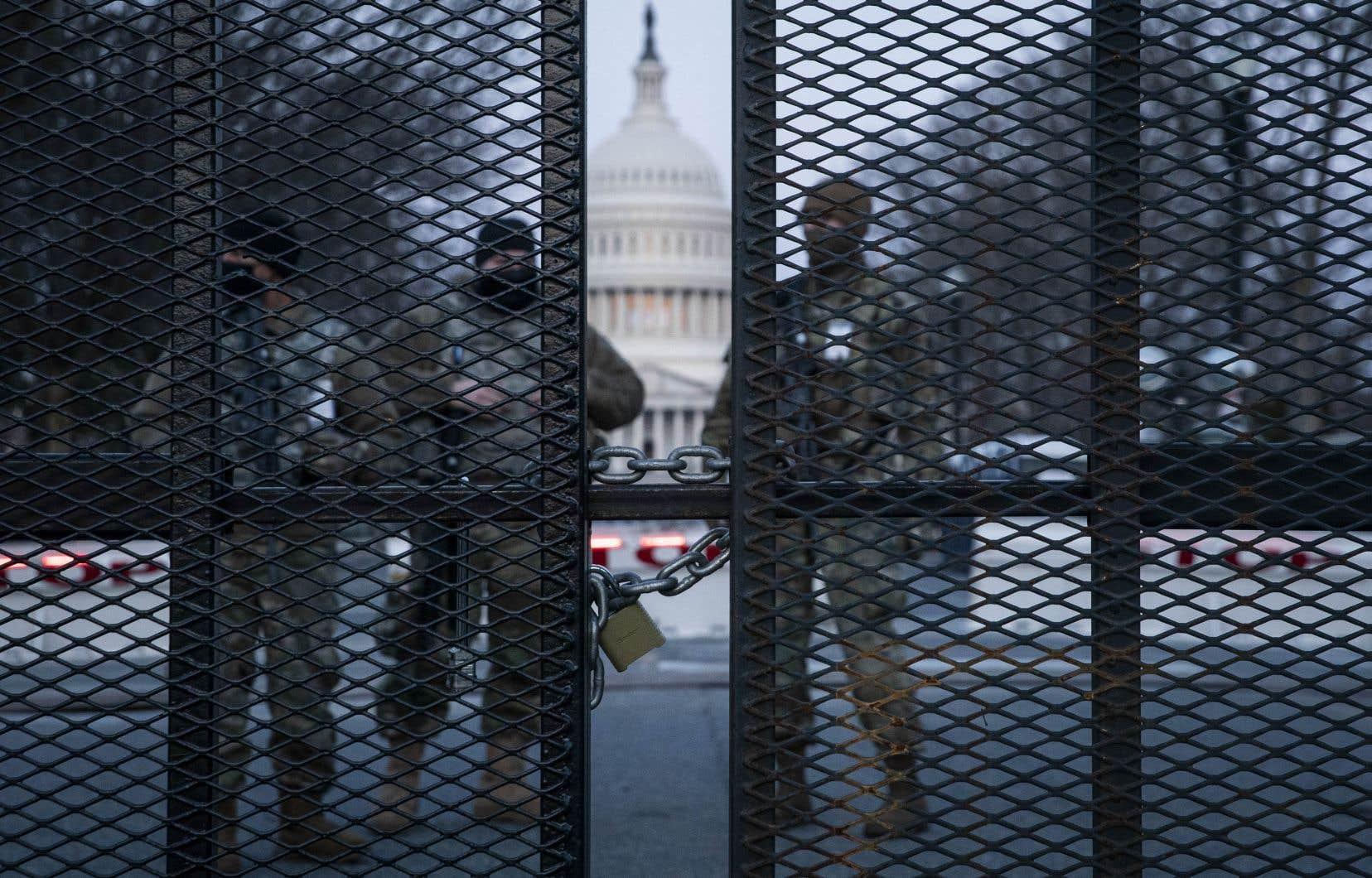 Des membres de la Garde nationale patrouillaient autour du Capitole, protégé depuis le 6 janvier par de hautes barrières surmontées de barbelés par endroits.