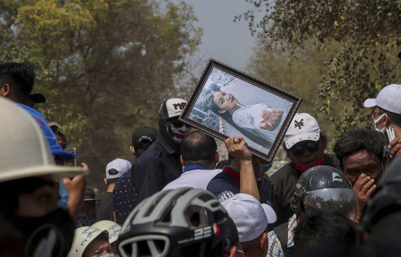 Une foule très importante a participé jeudi à Mandalay aux funérailles d'une jeune femme de 19 ans,Kyal Sin, qui s'est éteinte la veille. «Il n'y aura pas de pardon pour vous jusqu'à la fin du monde», a scandé l'assemblée, réunie devant son cercueil entouré de fleurs.