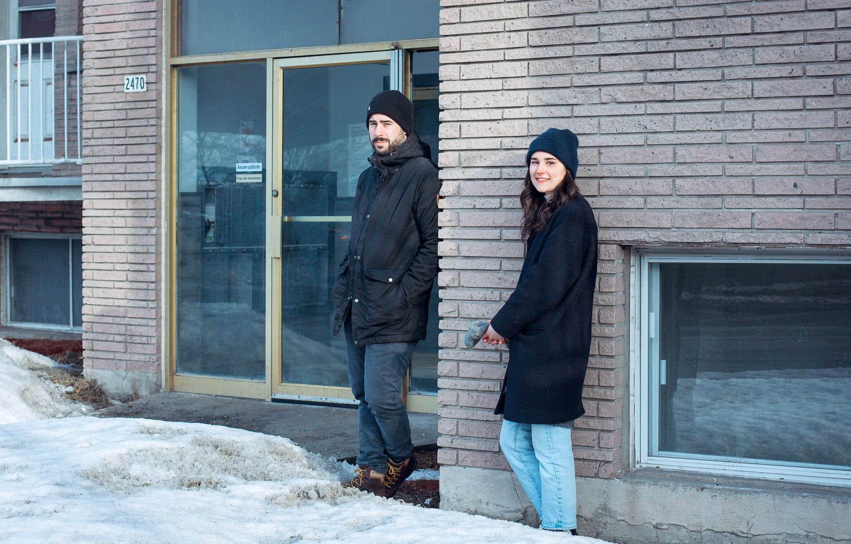 Le réalisateur et co-scénariste Éric Piccoli et la co-scénariste Florence Lafond devant l'immeuble où se déroule une grande partie de la série