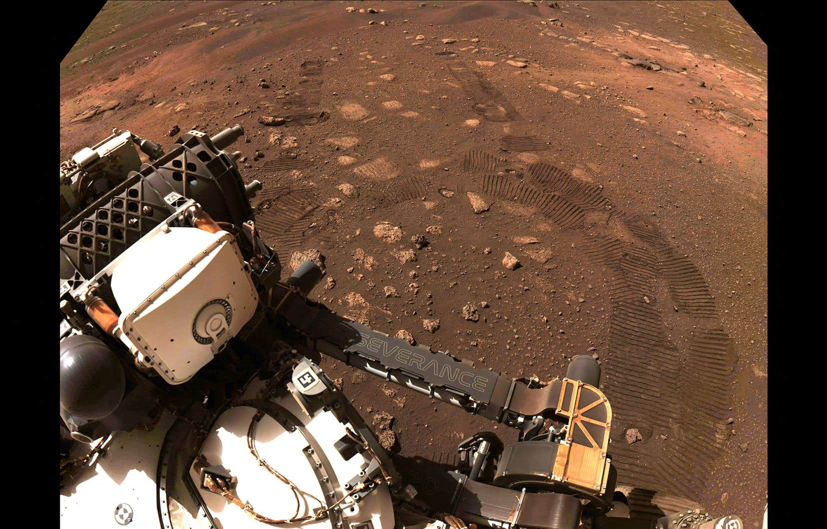 En reculant, Perseverance a pu prendre une photo de ses propres traces de roues sur le sol martien, publiée par la NASA.