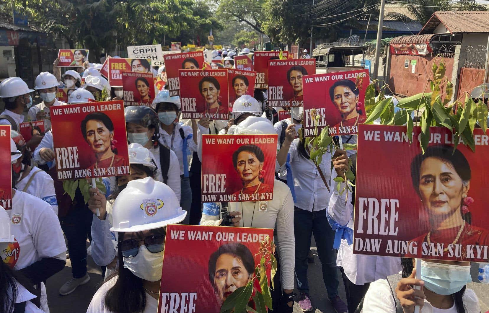 Des centaines d'ingénieurs et d'étudiants ont manifesté dans les rues de Mandalay, deuxième ville du pays.