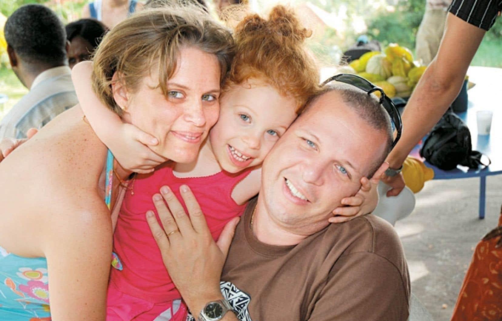 Consid&eacute;r&eacute;e comme un &laquo;fardeau excessif&raquo; pour la soci&eacute;t&eacute; par le gouvernement canadien, Rachel Barlagne, huit ans, s&rsquo;appr&ecirc;te &agrave; &ecirc;tre expuls&eacute;e avec sa famille. Sur la photo: Rachel entour&eacute;e de ses parents, Sophie et David Barlagne.<br />