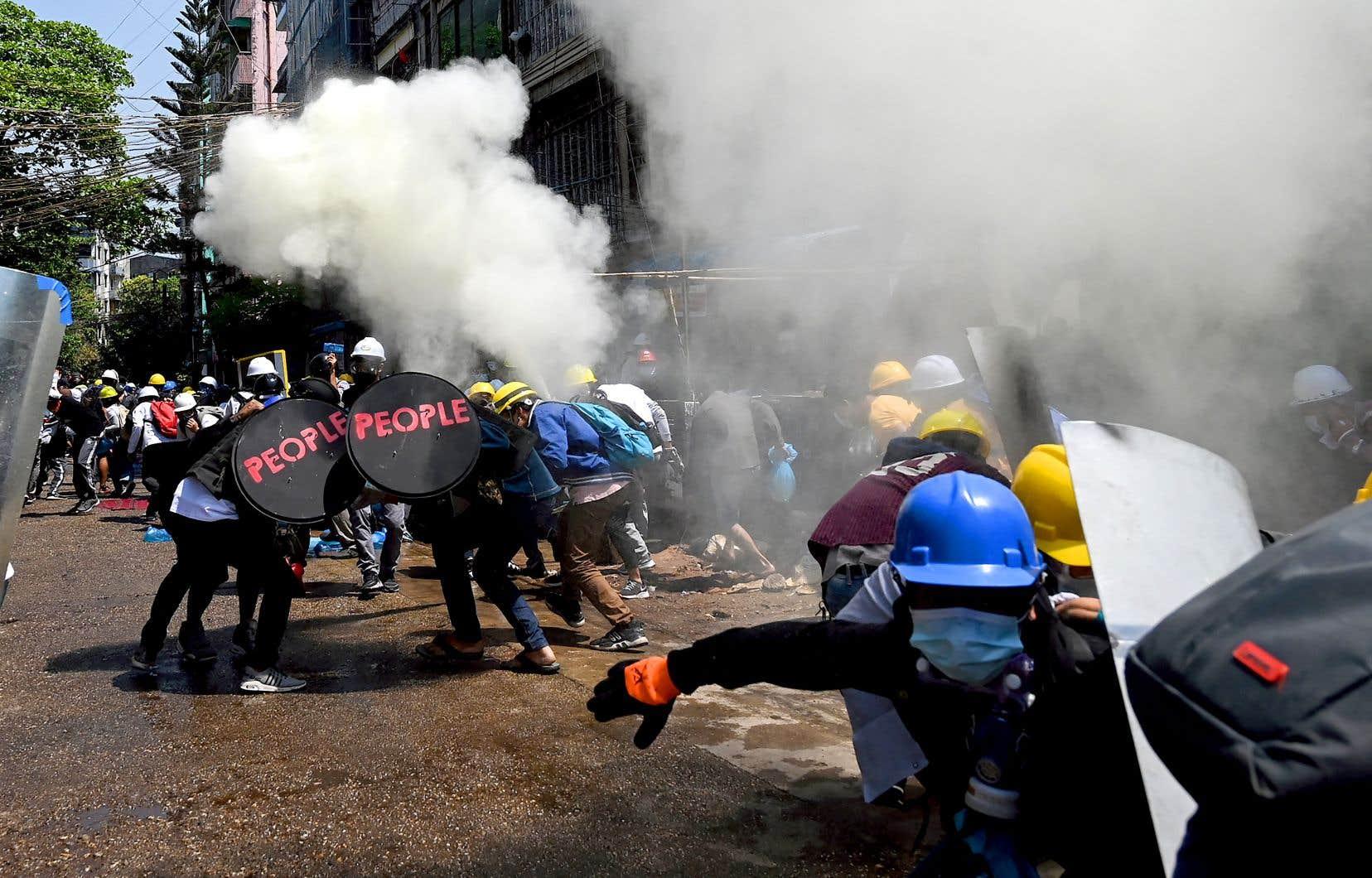 L'armée et la police ont fait usage de gaz lacrymogène, de munitions en caoutchouc, mais aussi de balles réelles pour disperser des rassemblements pour la démocratie.