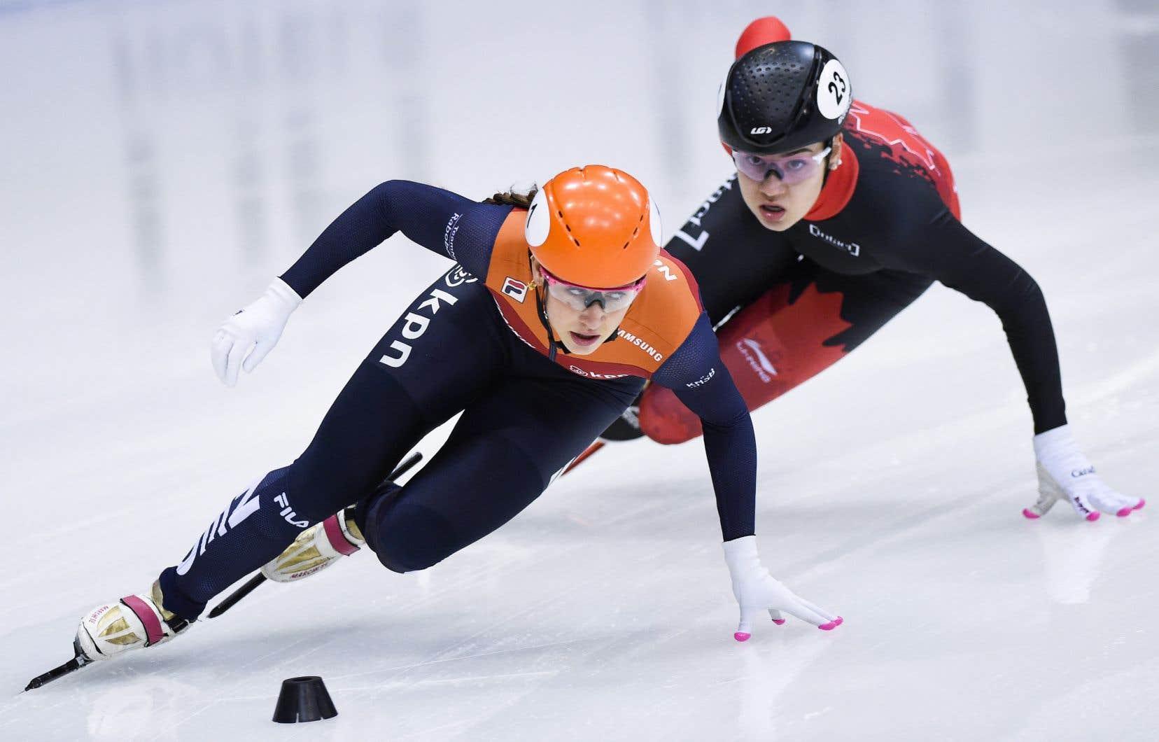 Courtney Sarault (à l'arrière-plan) a conclu une fin de semaine de rêve au deuxième rang du classement général avec 58 points, étant seulement devancée par la Hollandaise Suzanne Schulting (136).