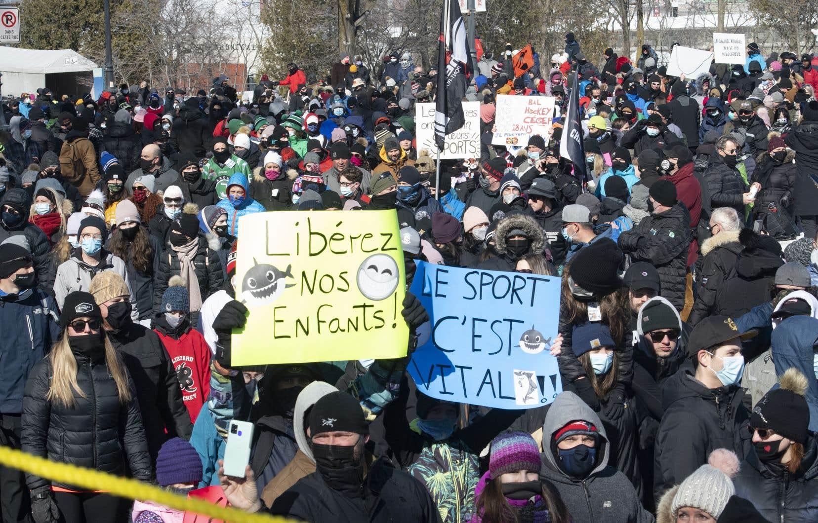 Sous un soleil radieux, les manifestants ont marché jusqu'à l'Assemblée nationale pour demander la reprise des sports organisés partout dans la province.
