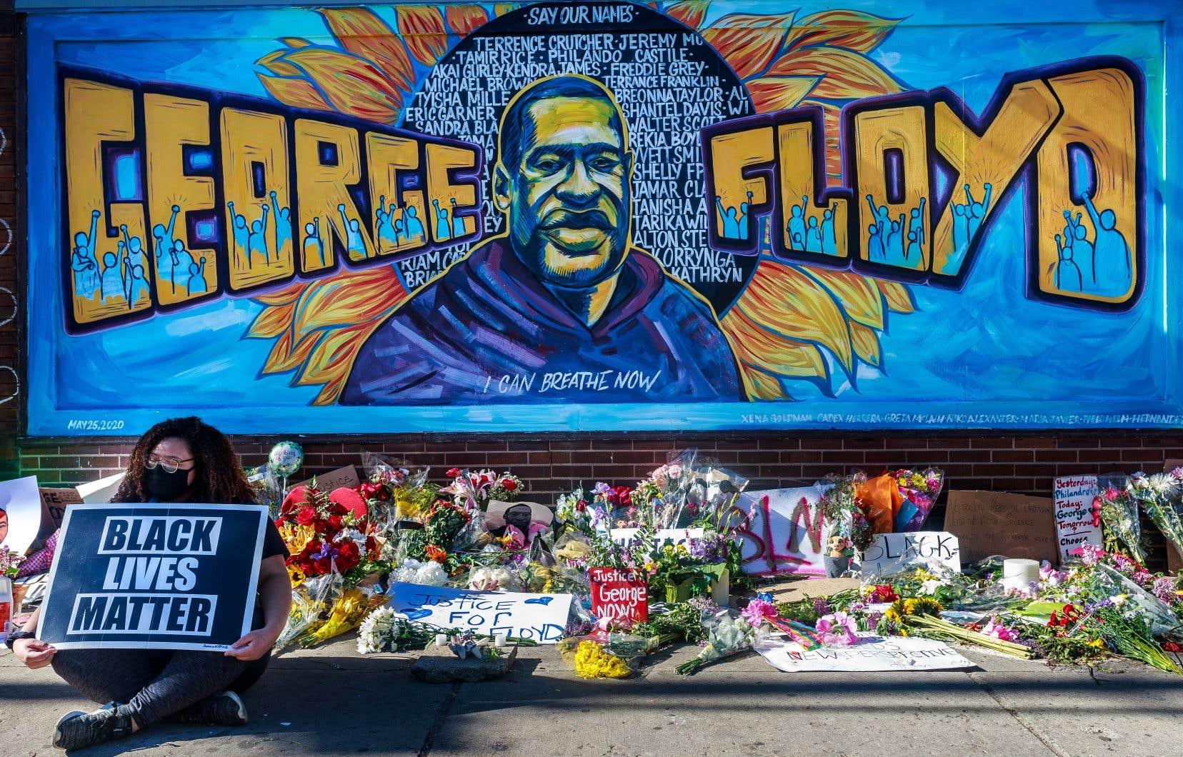La mort de George Floyd avait déclenché une vague inédite de protestations contre le racisme et les brutalités policières dans le pays, et dans le monde, où furent scandés son nom et ses dernières paroles, «<i>I can't breathe</i>» («Je ne peux pas respirer»).