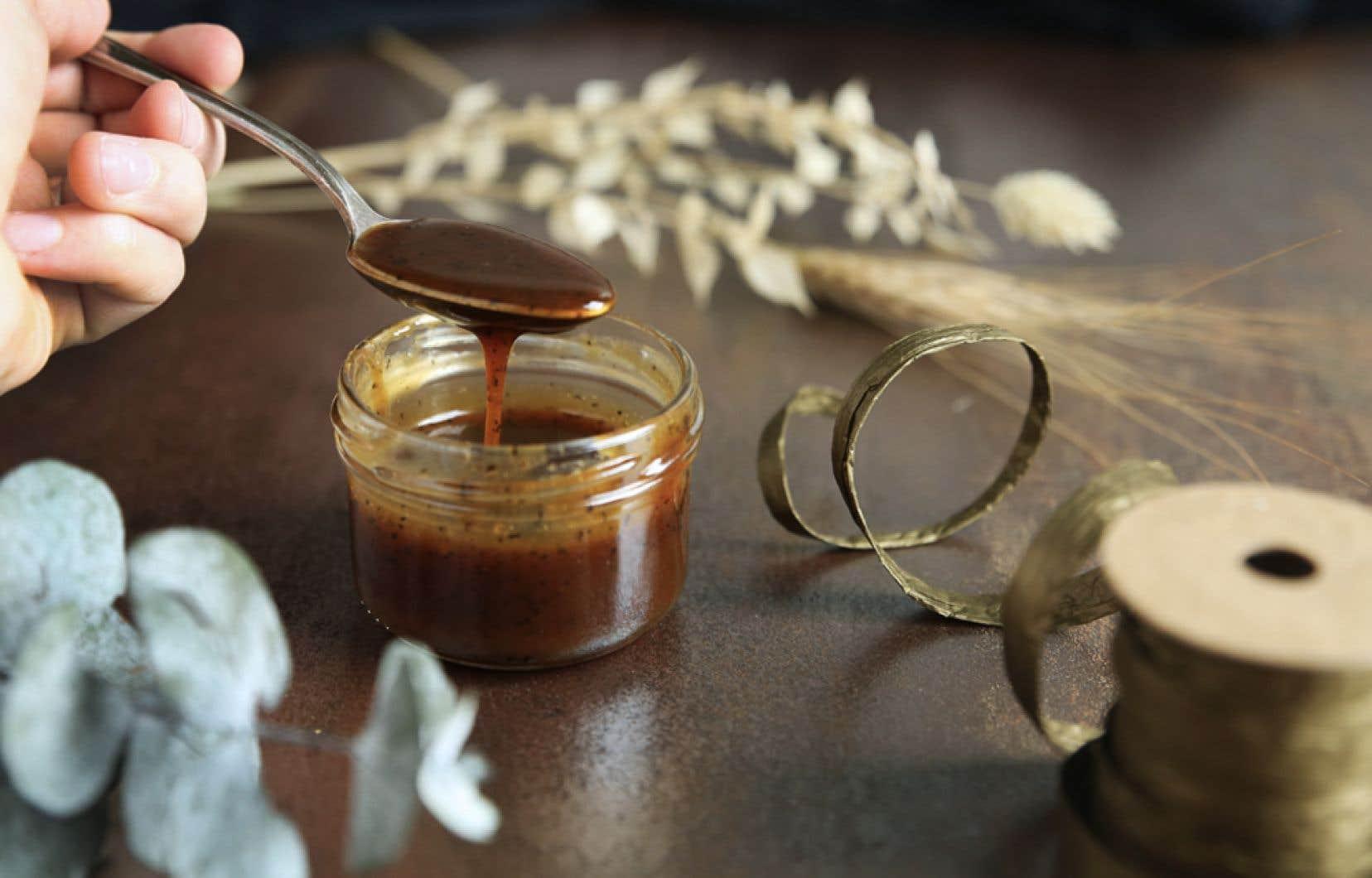 Cette recette de caramel, qui rend hommage à notre sirop d'érable, a un petit air de caramel à la fleur de sel, mais sans fleur de sel.