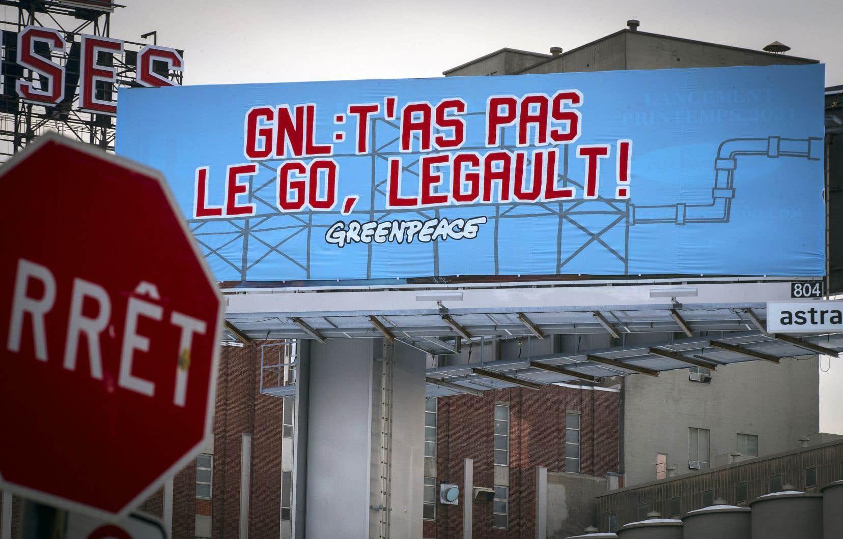 Des opposants au projet GNL Québec ont déployé cette semaine des banderoles dans six villes de la province, dont à Montréal, près de l'autoroute Bonaventure.
