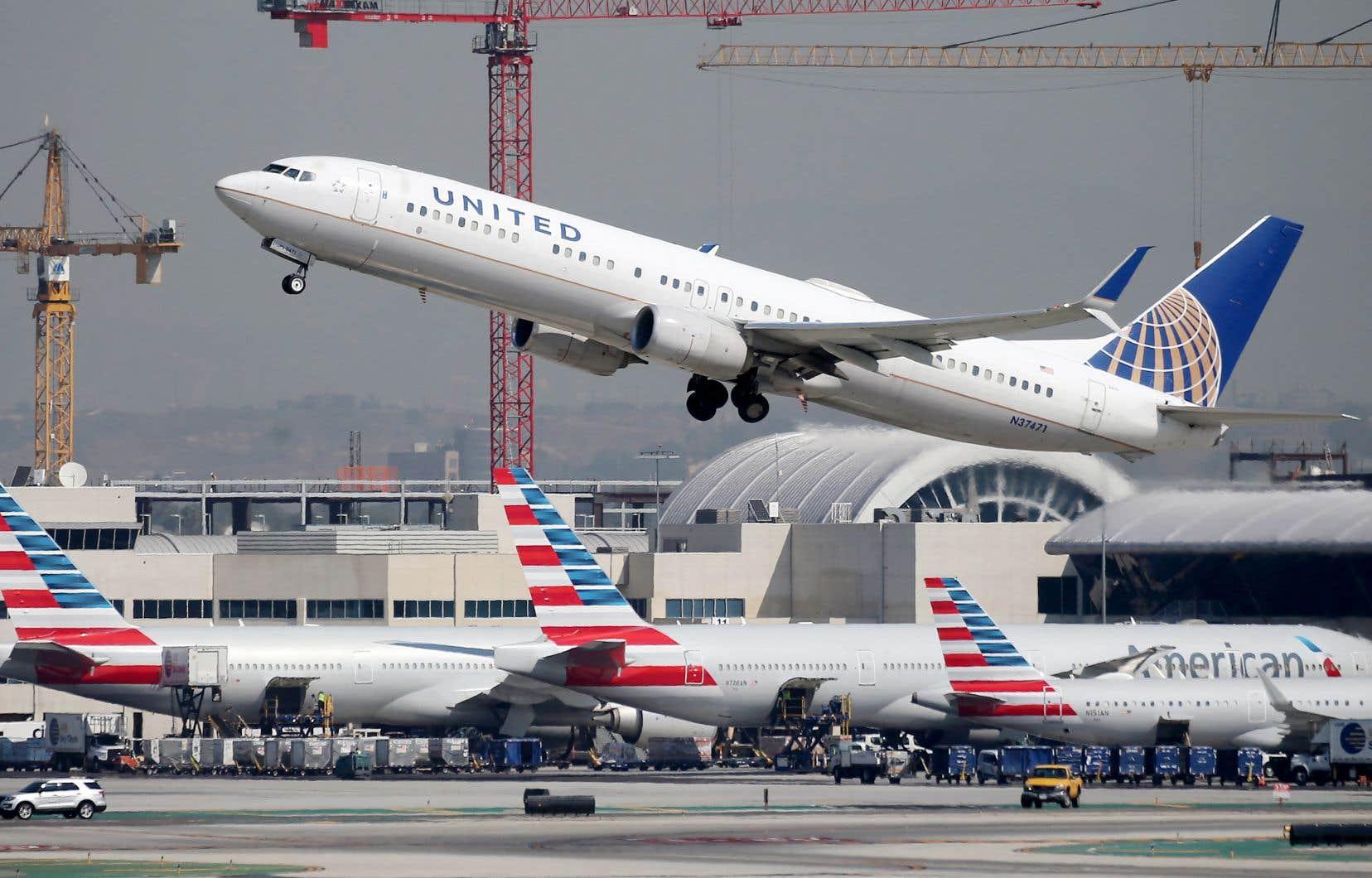 United Airlines et American Airlines, qui avaient prévenu début février qu'elles pourraient licencier jusqu'à 27000 personnes si les aides n'étaient pas prolongées après le 1eravril, ont retiré cette menace peu après le vote.