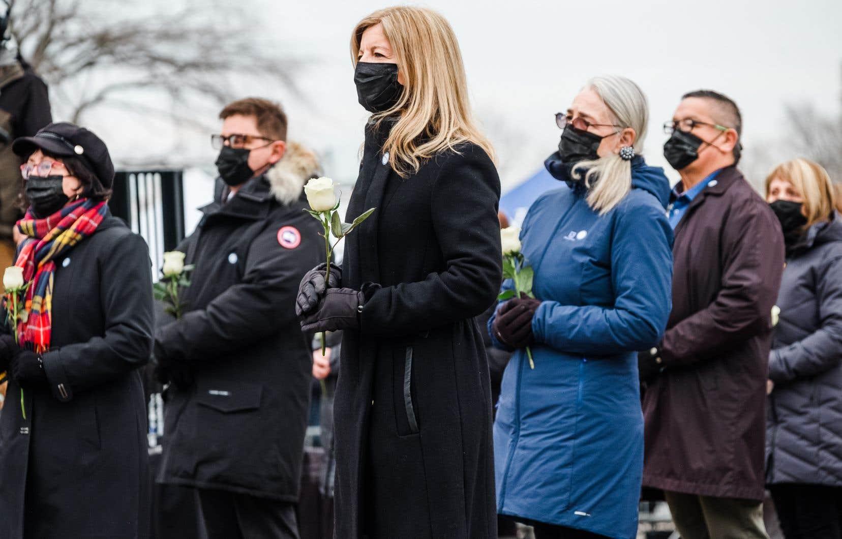 Le temps était gris et la pandémie forçait la dispersion des quelques dizaines de personnes venues assister à la Journée de commémoration nationale en mémoire des victimes de la COVID-19.
