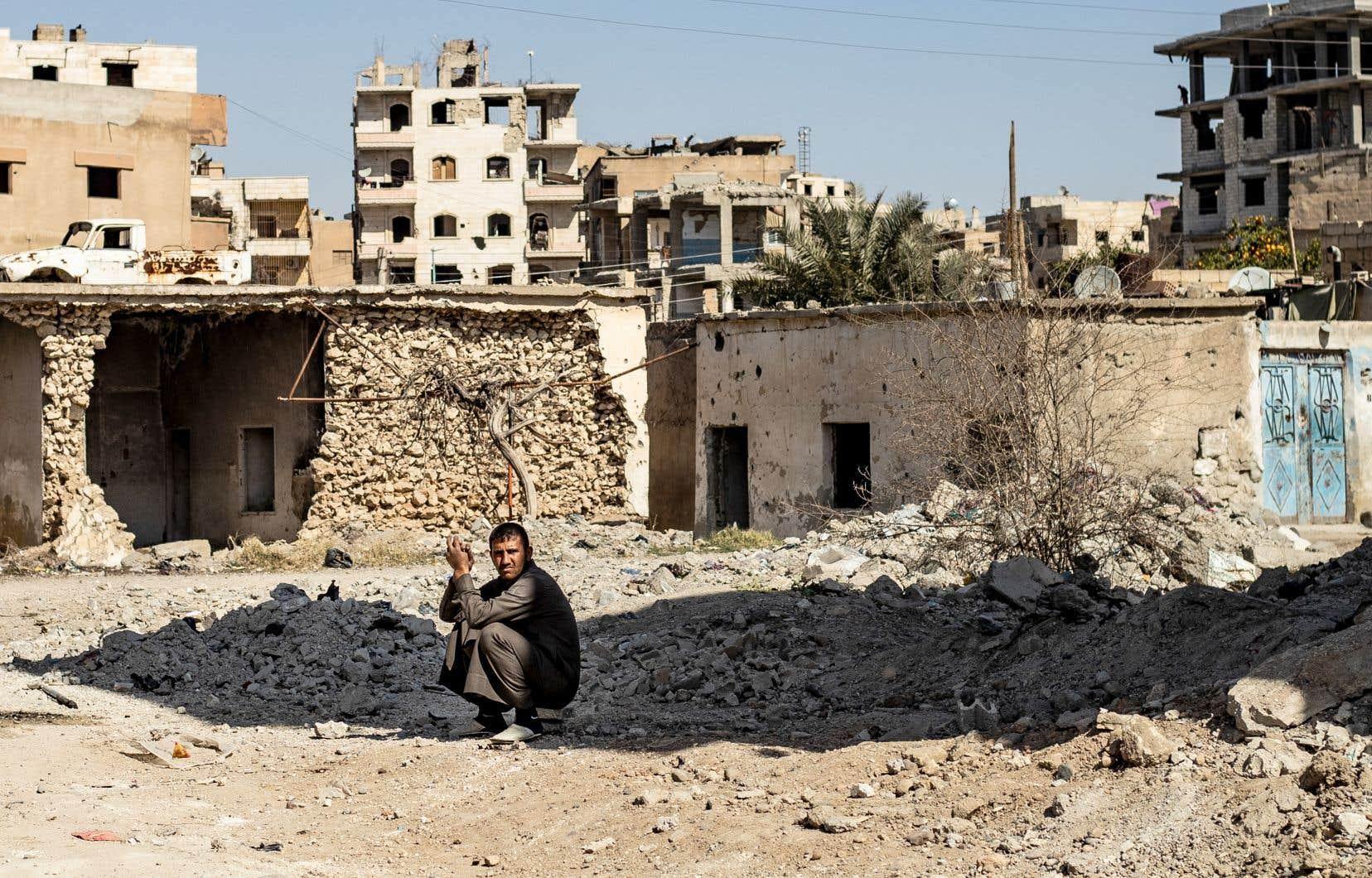 La ville syrienne de Raqqa a été ravagée par la guerre. Contrôlée par des groupes rebelles en 2013, elle est passée la même année entre les mains du groupe armé État Islmaique. Les Forces démocratiques syriennes, appuyées par une coalition internationale, l'ont finalement reprise en 2017, au terme de combats sanglants. La ville a été détruite à 80%.