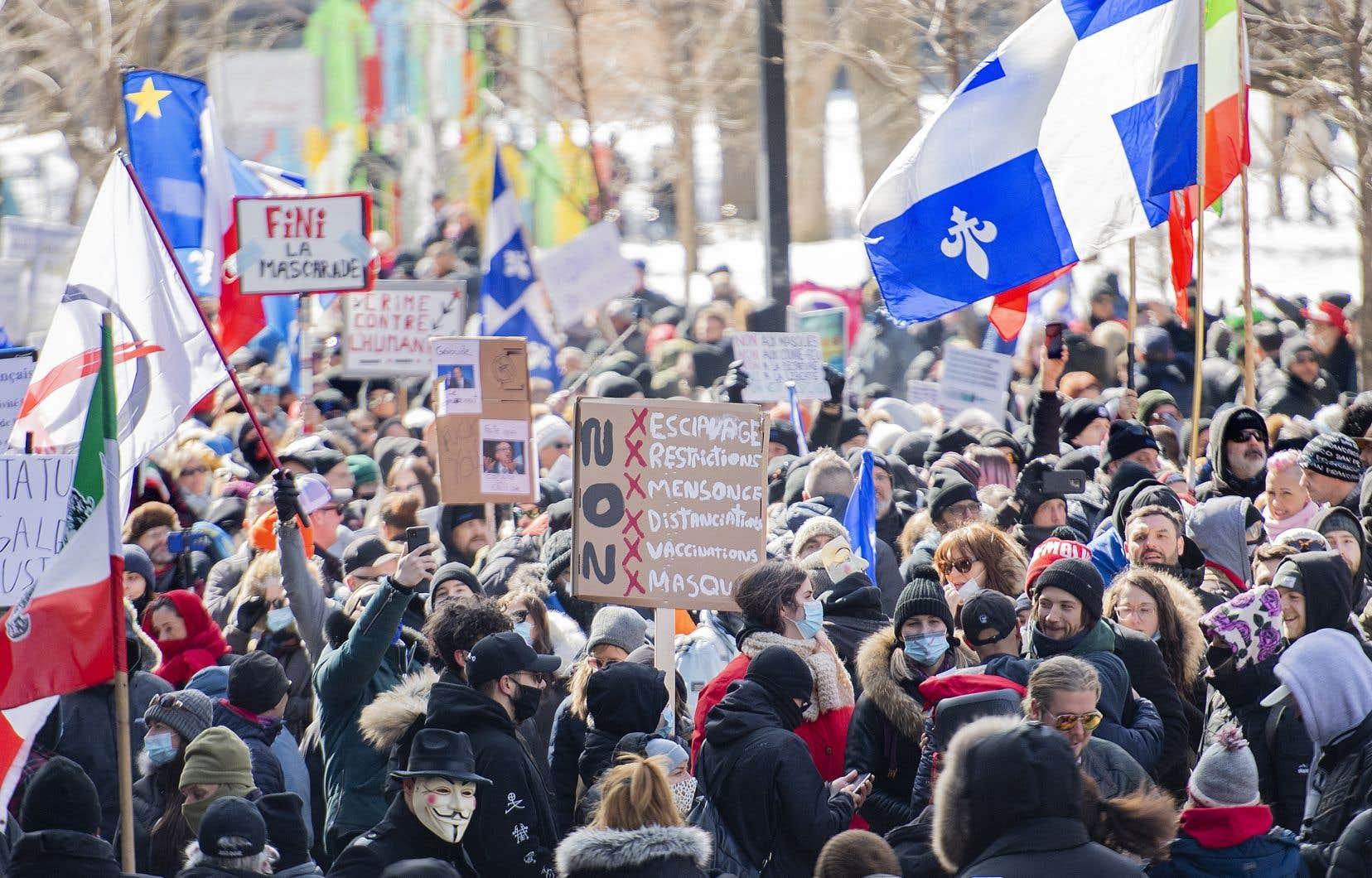 Les manifestants se sont rassemblés vers 12h30 à l'intersection de l'avenue McGill College et de la rue Sherbrooke, non loin des bureaux montréalais du premier ministre François Legault.