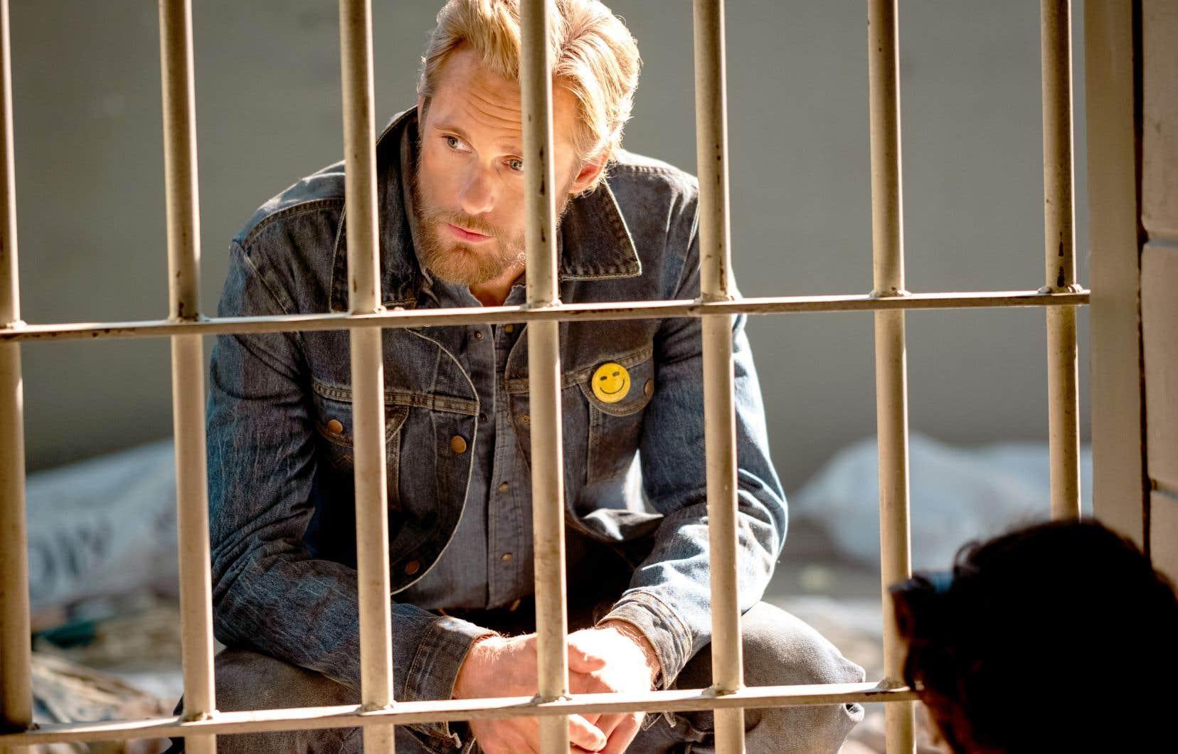 Alexander Skarsgard vole la vedette dans le rôle de Randall Flagg, bien qu'il ne soit pas très présent au début de la série.