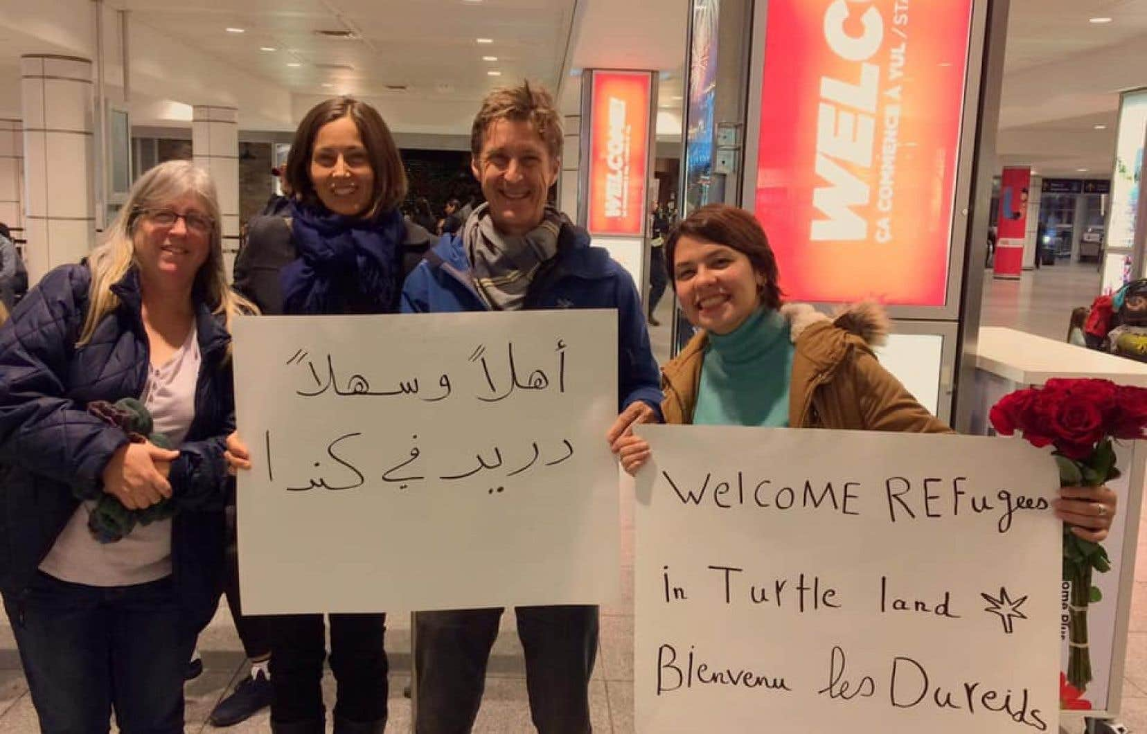 En novembre 2019, Muzna Dureid (à droite) est allée attendre à l'aéroport ses parents et l'un de ses frères, que sa famille adoptive québécoise (au centre sur la photo) avait accepté de parrainer.