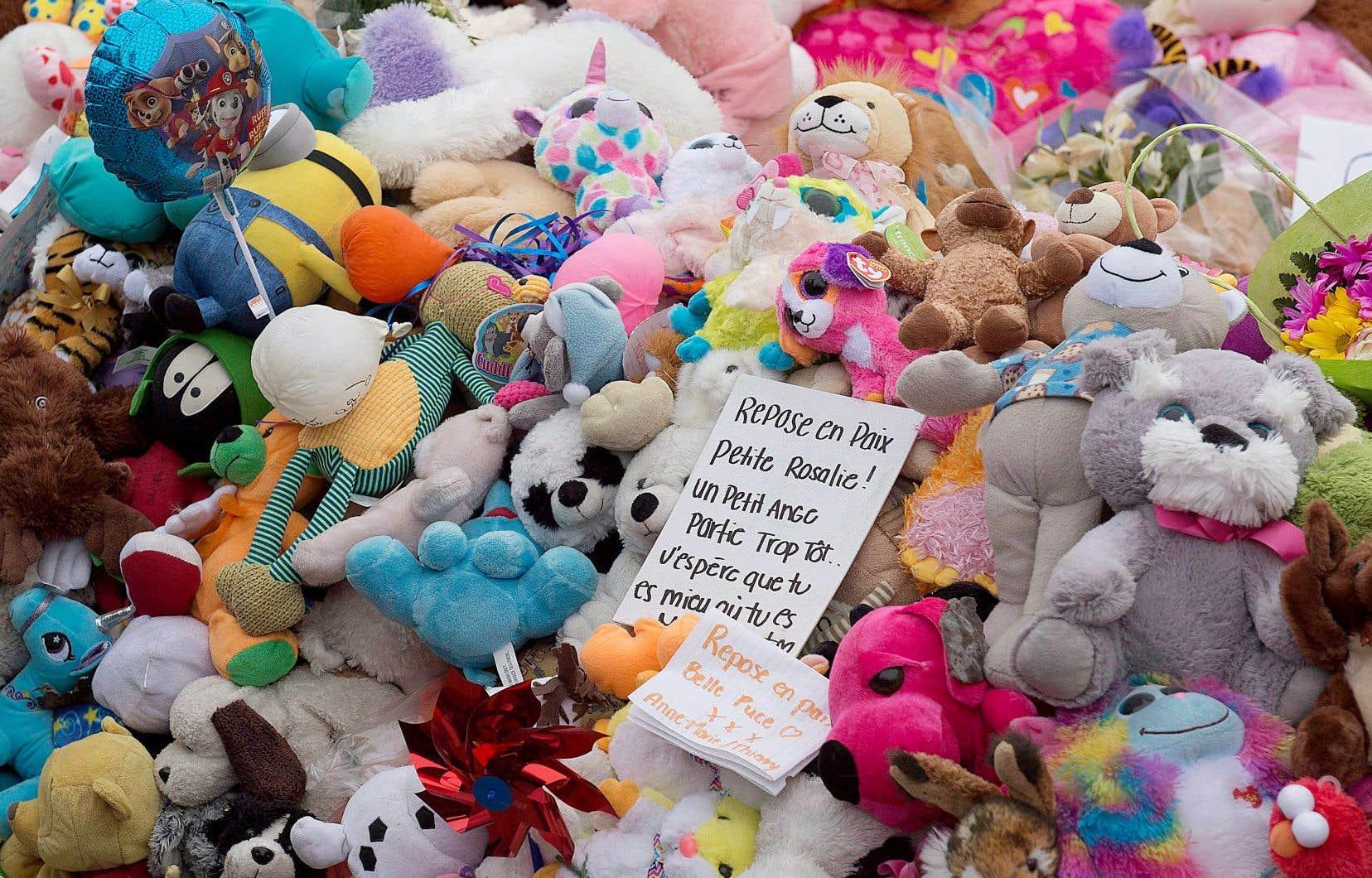 Des animaux en peluche et des messages de soutien ont été rassemblée lors d'une cérémonie en avril 2018 à la mémoire de la petite Rosalie Gagnon, tuée par sa mère.