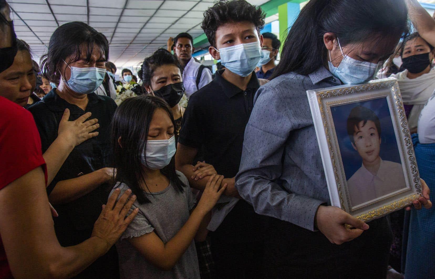 Plusieurs anciens camarades de classe de Khant Nyar Hein, un étudiant en médecine de 18ans tombé dimanche sous les balles des forces de sécurité, ont pris part à ses funérailles, mardi, à Rangoun. La journée de dimanche a été la plus sanglante au Myanmar depuis le coup d'État du 1erfévrier, avec 74 morts.