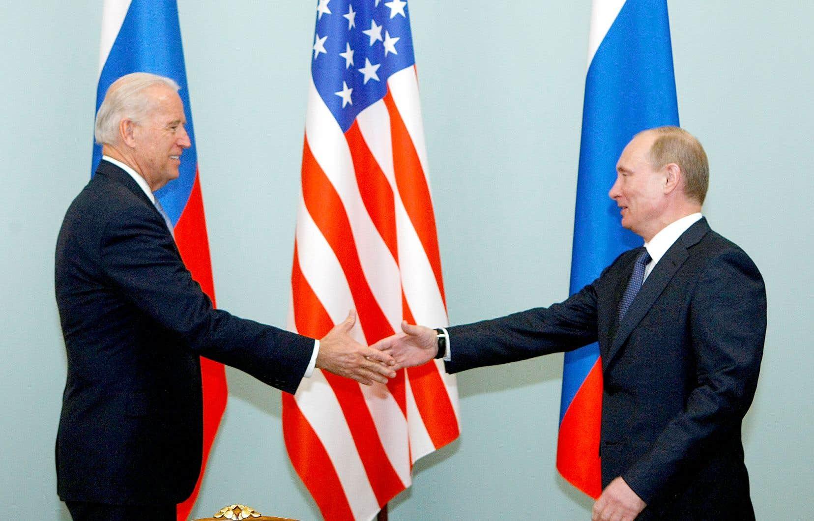 Joe Biden et Vladimir Poutine, lors d'une rencontre en 2011. M. Biden était alors vice-président américain.