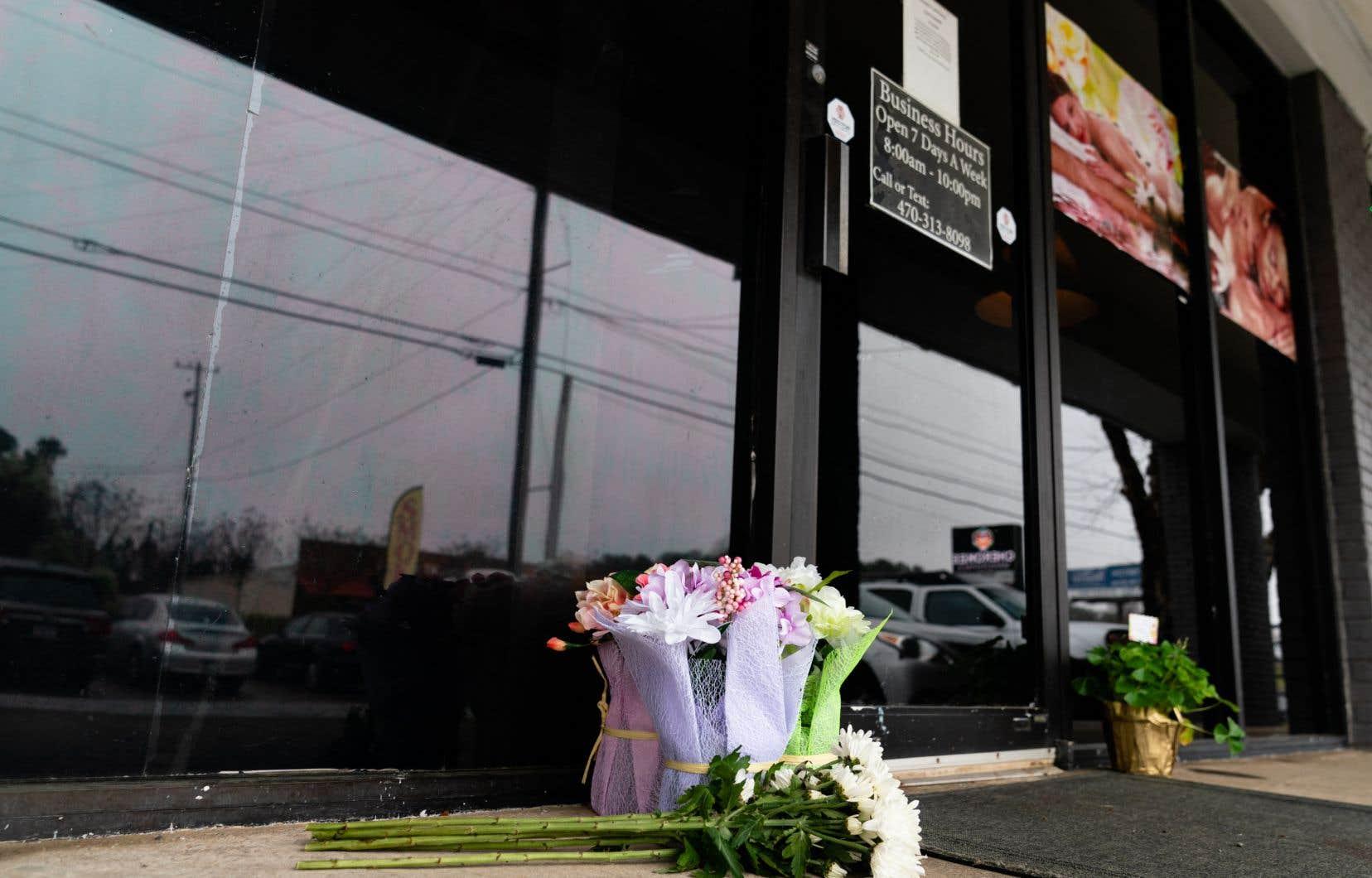 Deux bouquets de fleurs avaient été déposés mercredi devant la porte du salon de massage Aromatherapy Spa, l'un des établissements visés.