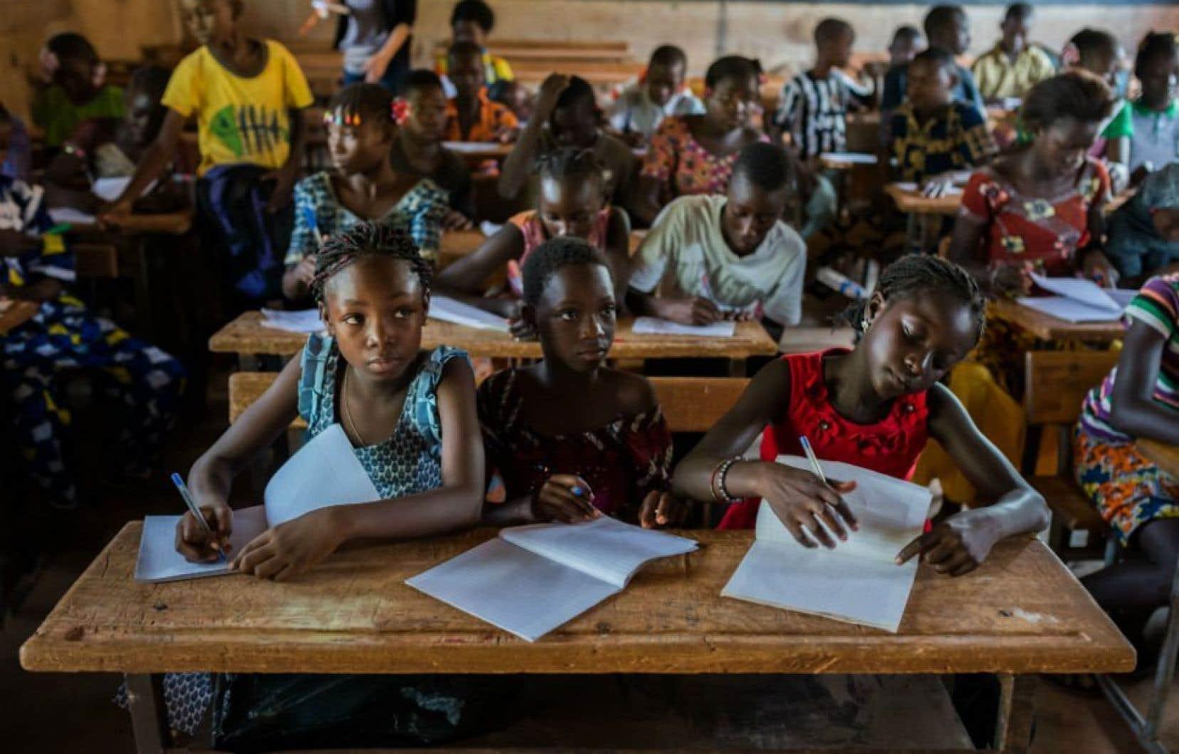Des élèves sur les bancs d'école au Burkina Faso avant la pandémie