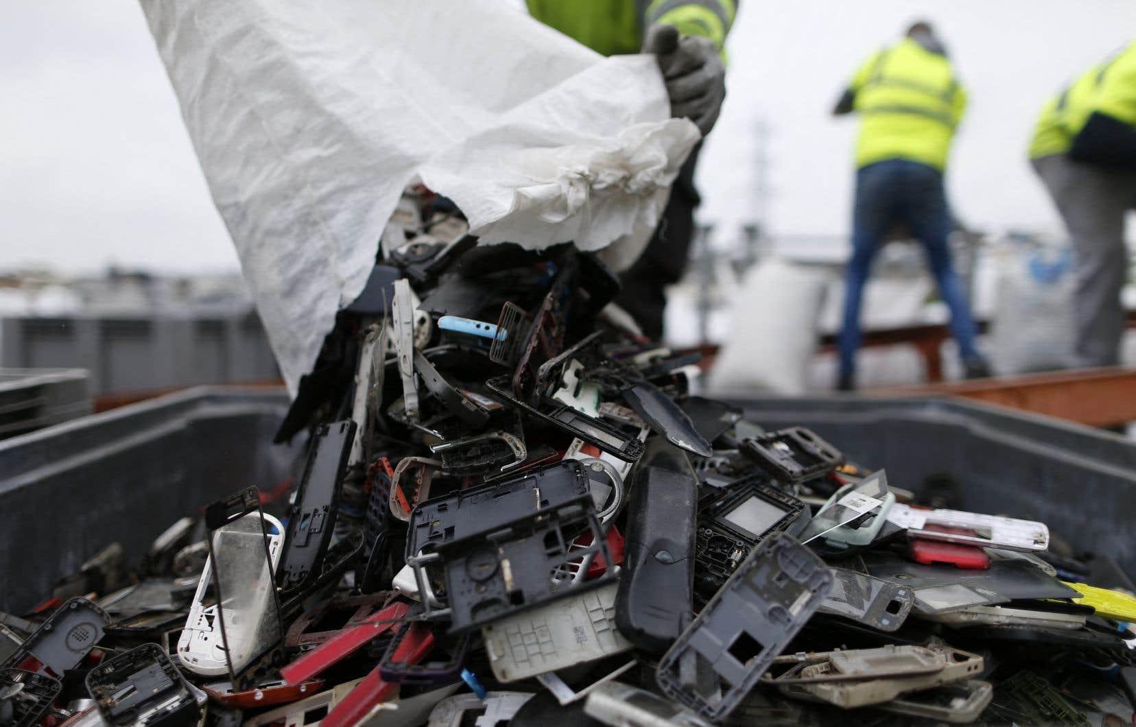 Plus de  50millions de tonnes de déchets électroniques ont été produites en 2019, un chiffre qui pourrait atteindre 75millions de tonnes en 2030.
